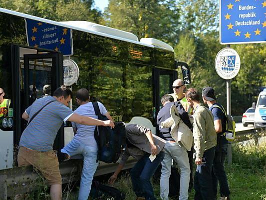Die Flüchtlinge werden an der Grenze aufgesammelt