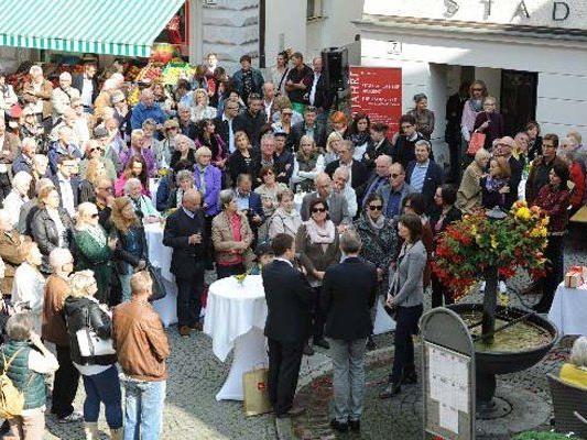 Großer Andrang beim Jubiläumsfest vor der Stadt‐Apotheke Bregenz.