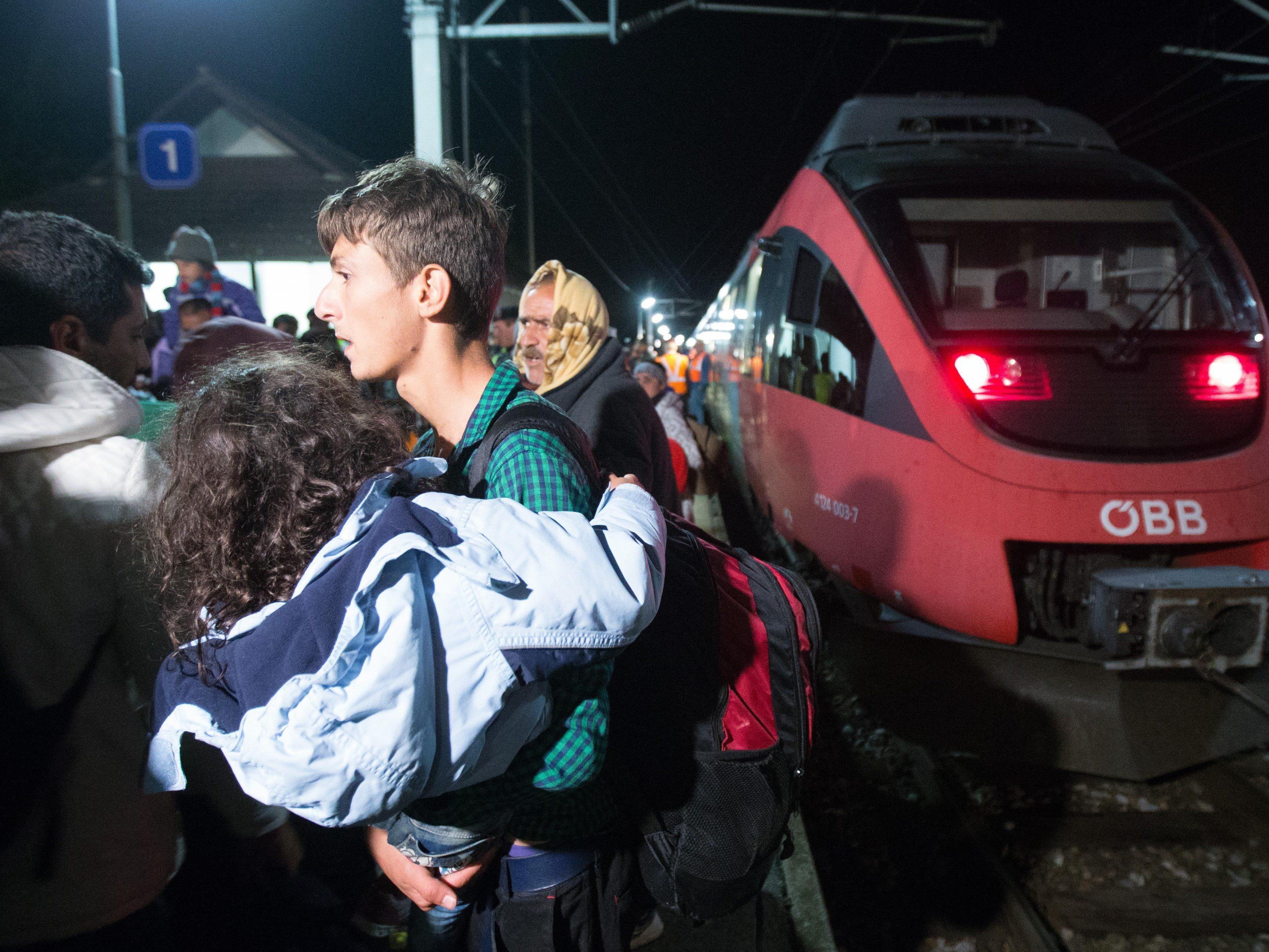 Der Flüchtlingsstrom reist weiter durch Österreich.