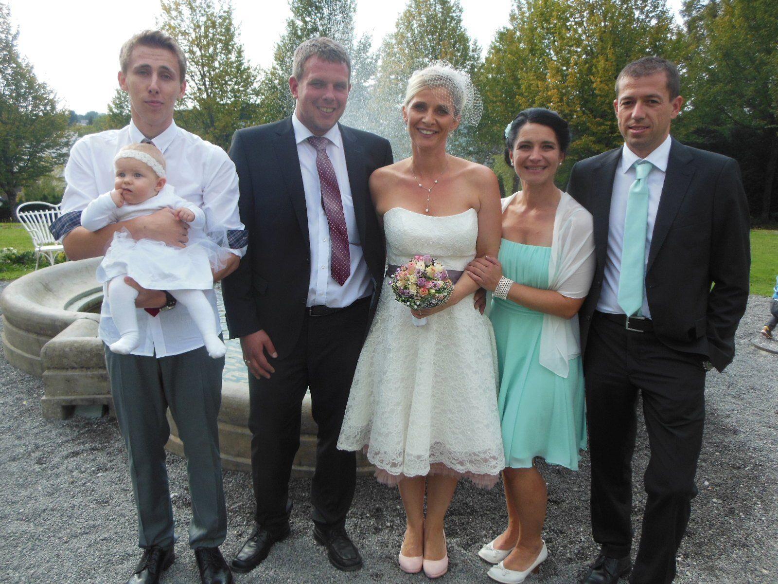 Das glückliche Paar mit den Kindern Marco und Luisa sowie den Trauzeugen.