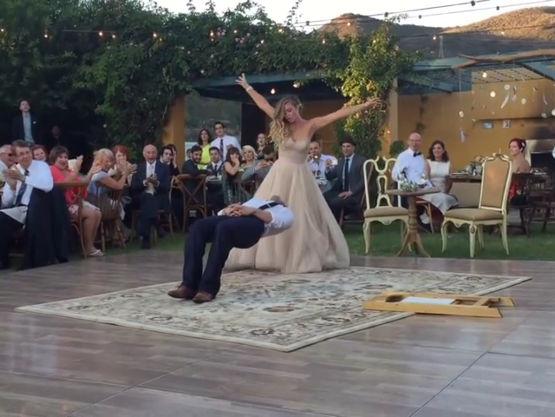 Die Braut verzaubert wortwörtlich ihren Ehemann