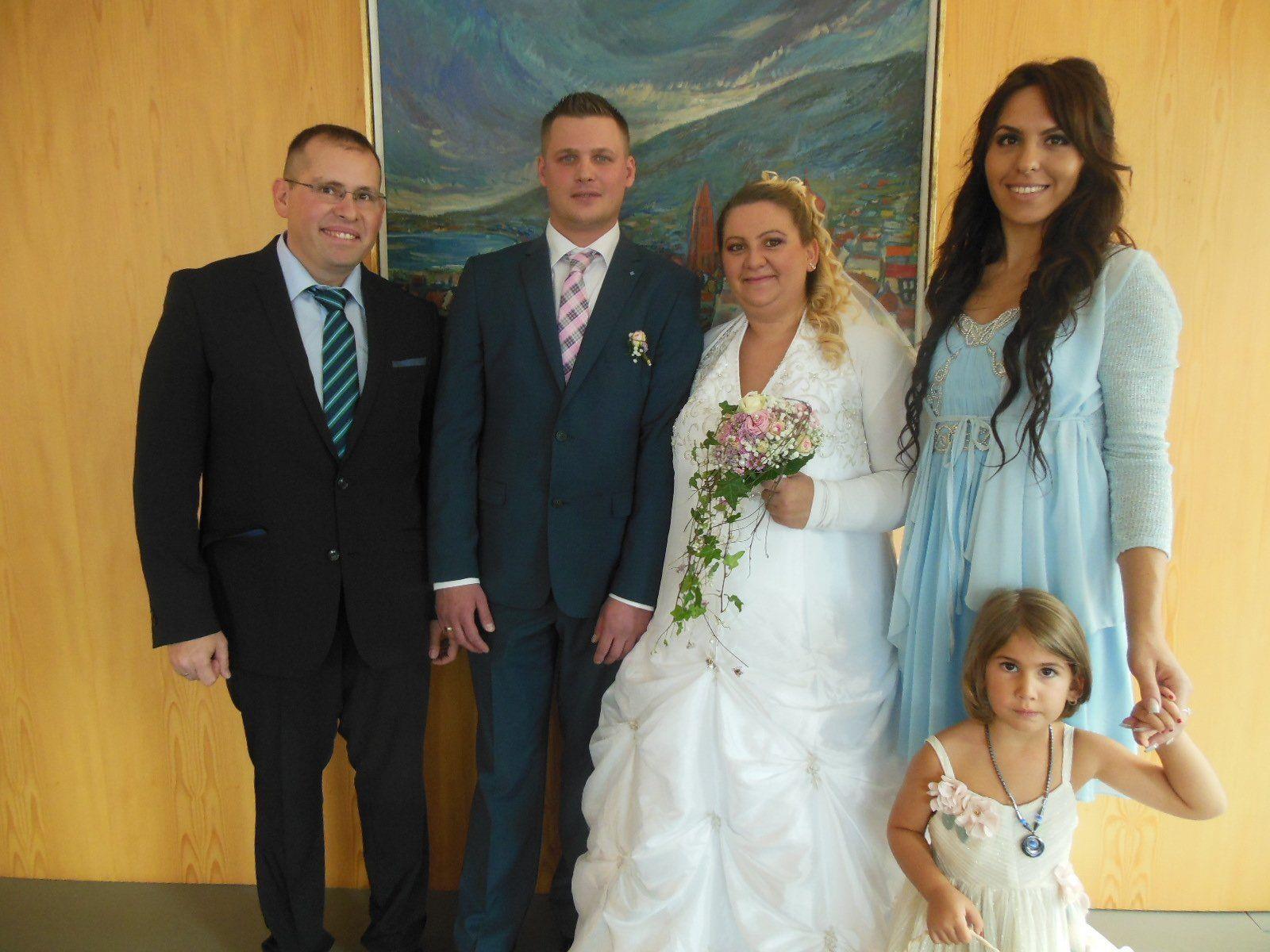 Das glückliche Paar mit den Trauzeugen und der kleinen Franziska.