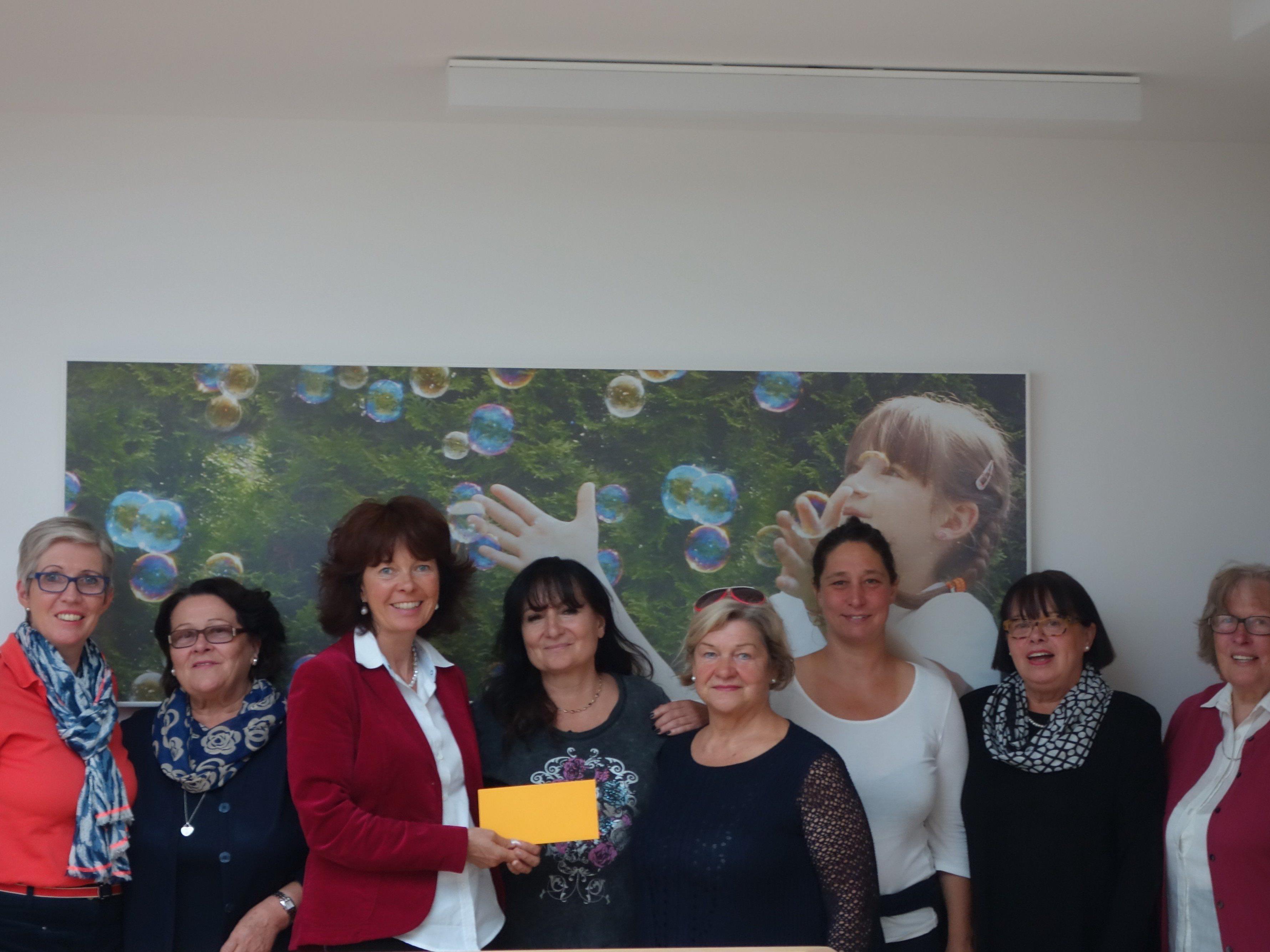 GUTA Vorstand bei Spendenübergabe an Alice Hagen-Canaval