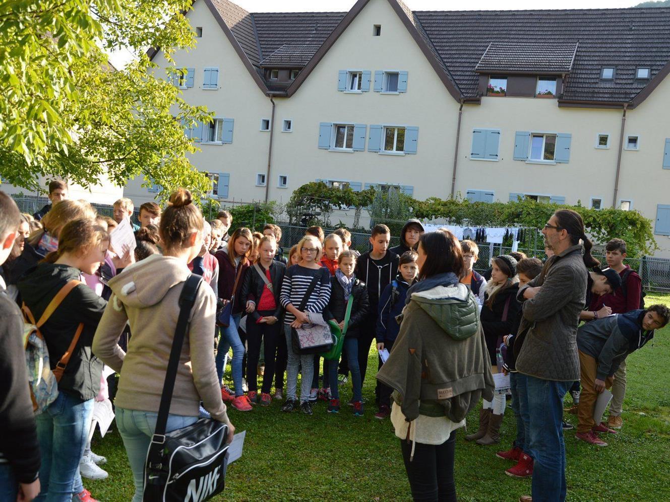 Interessiert und betroffen hörten sich die SchülerInnen die Geschichten an, wie Menschen nach Österreich flüchten.