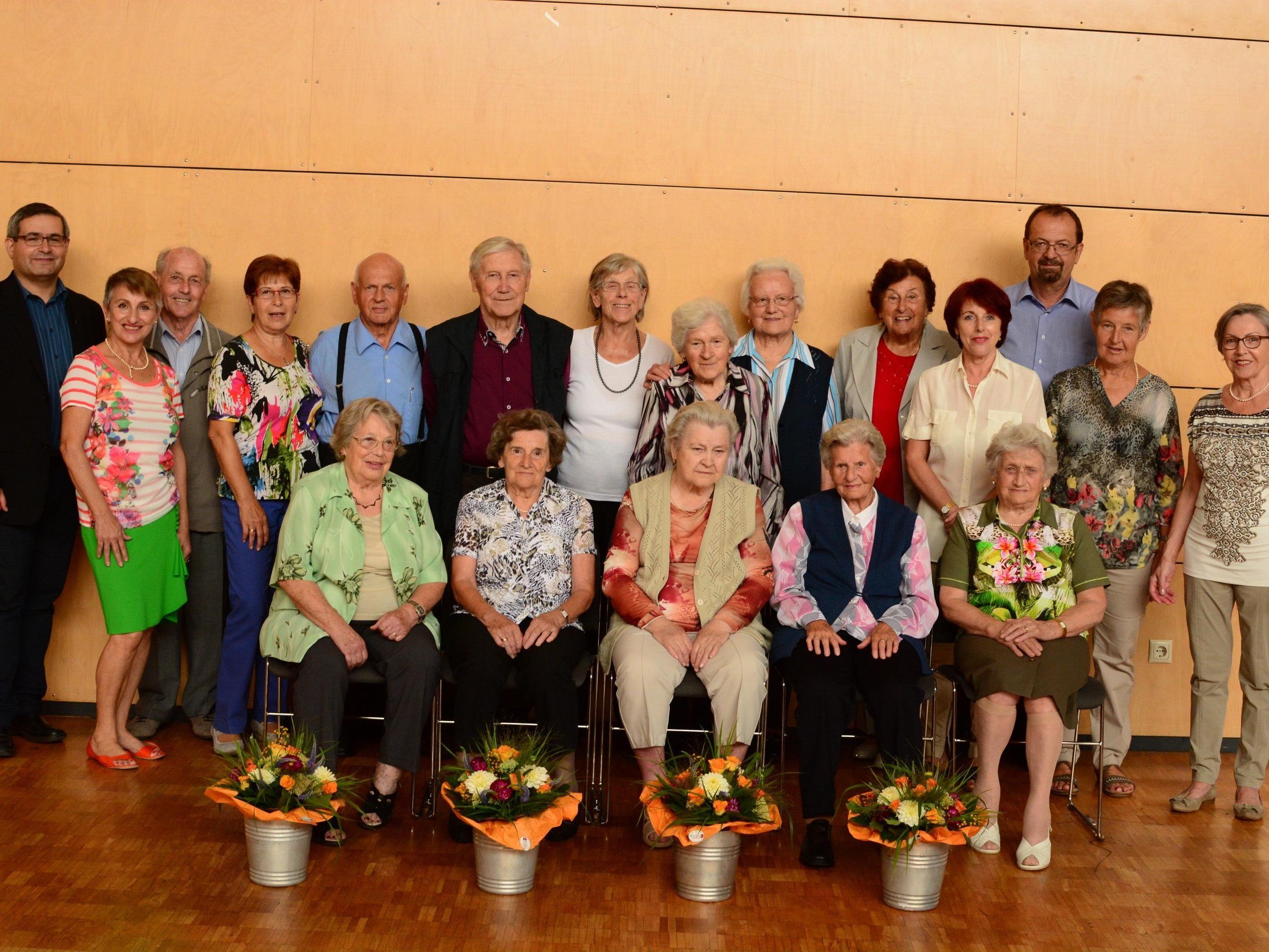 Die zwölf Geburtstagskinder (9 Frauen und 3 Männer) mit ihrem Betreuerteam. Die Jubilarinnen und Jubilare kommen zusammen auf 1032 Lebensjahre.