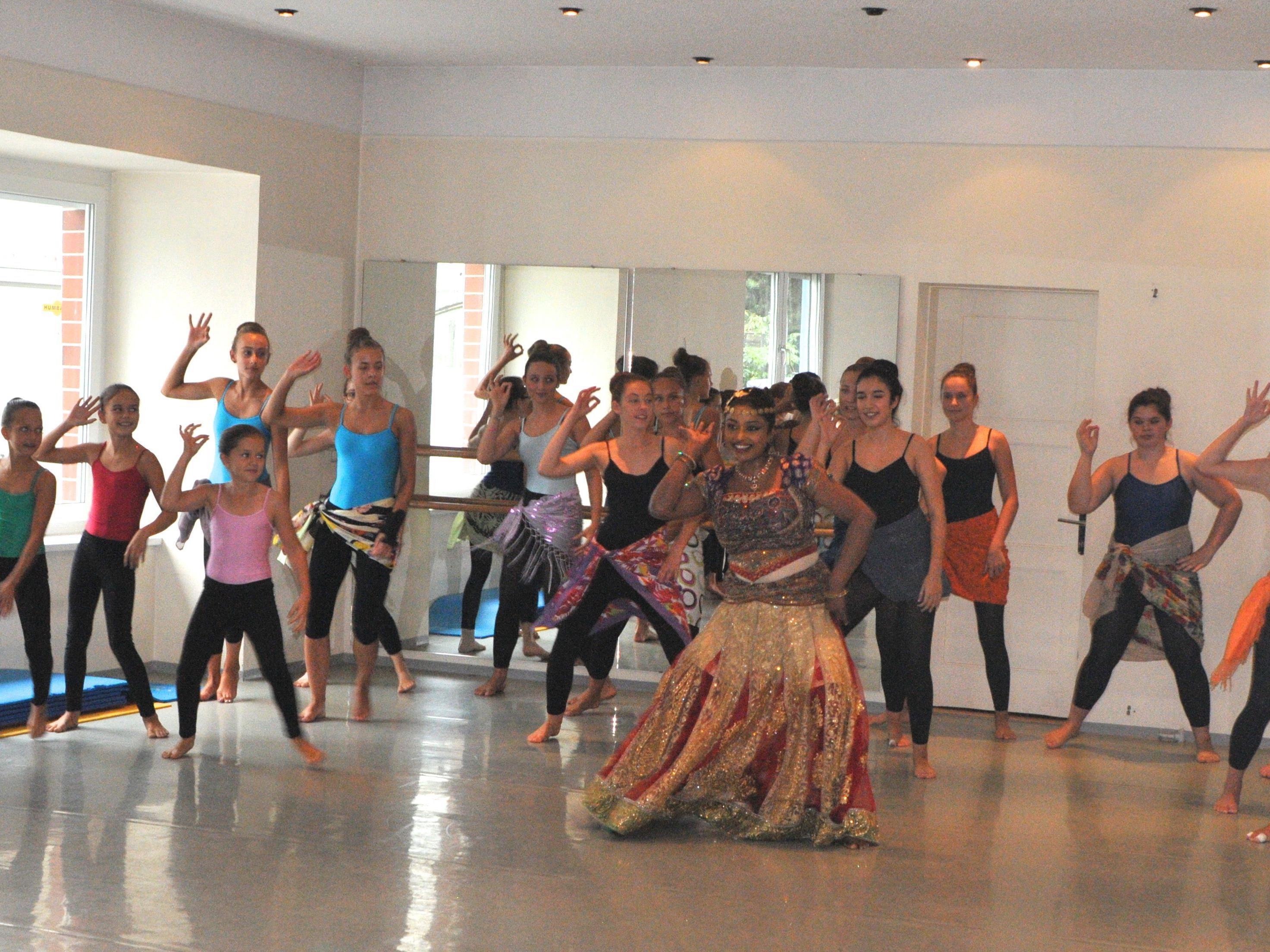 Bollywood Dance mit Dilani und den Workshopteilnehmern