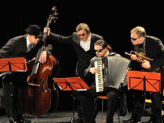 """""""Die Schurken"""" begeben sich im Brockenhaus in Lochau auf die Suche nach der schönsten Musik der Welt."""