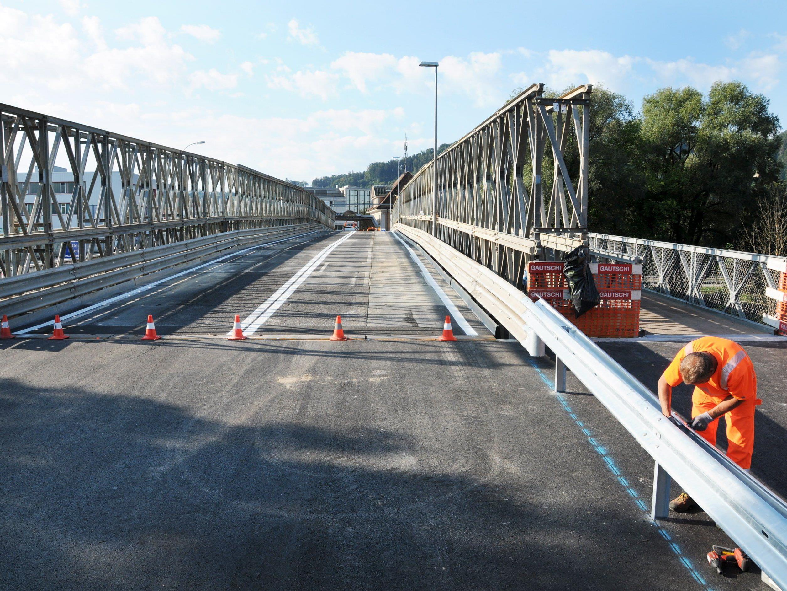 Die Ersatzbrücke ist beinahe fertig, ab der kommenden Woche rollt der Grenzverkehr darüber.