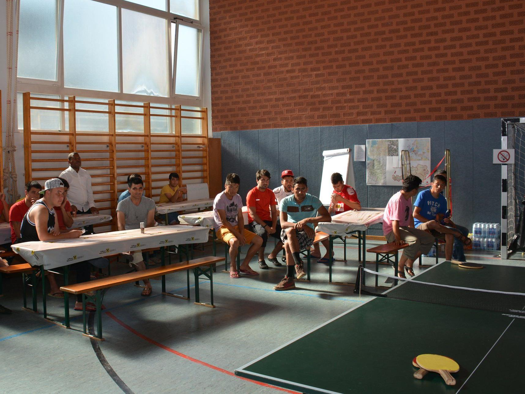 Derzeit sind 40 Flüchtlinge in der Turnhalle der Mittelschule Hard Markt untergebracht.