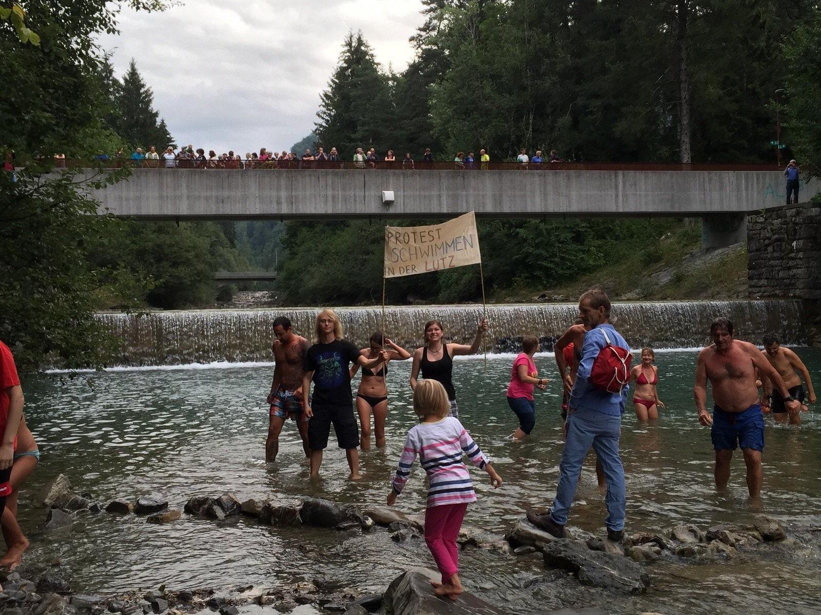 Die Protestschwimmer und Unterstützer