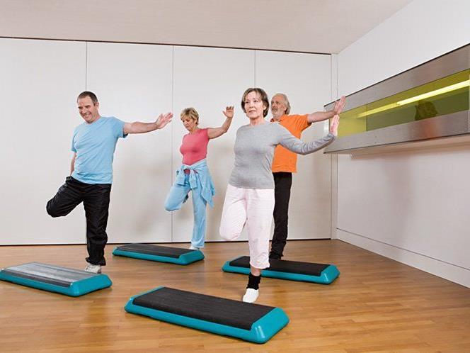 Gleichgewichts- und Kraftübungen helfen, die Sturzgefahr zu reduzieren.