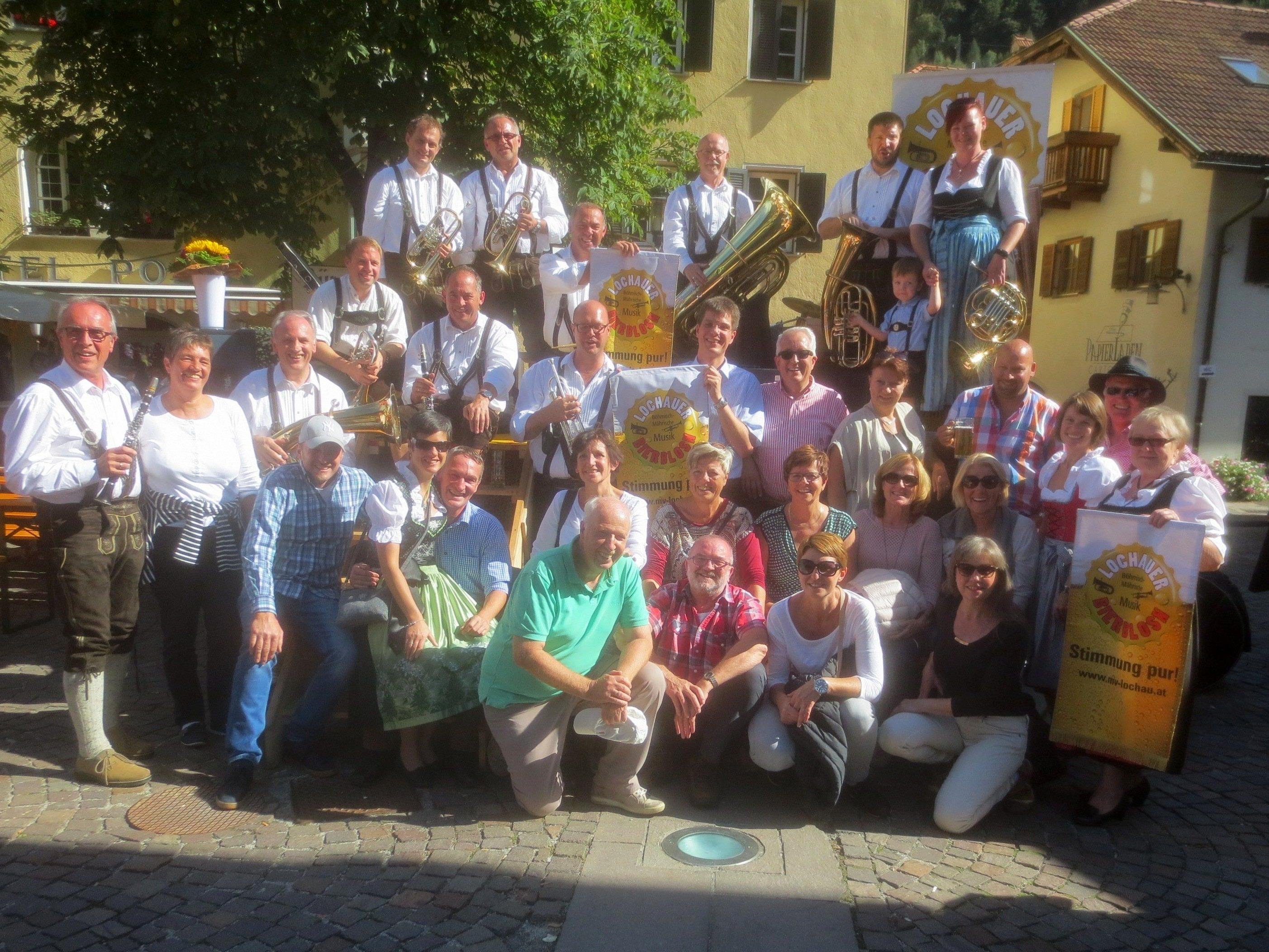 """Die """"Lochauer Bierblosn"""" und ihre Fans sorgten beim """"Gassltörggelefest"""" in der Südtiroler Törggelehauptstadt Klausen für allerbeste Stimmung."""