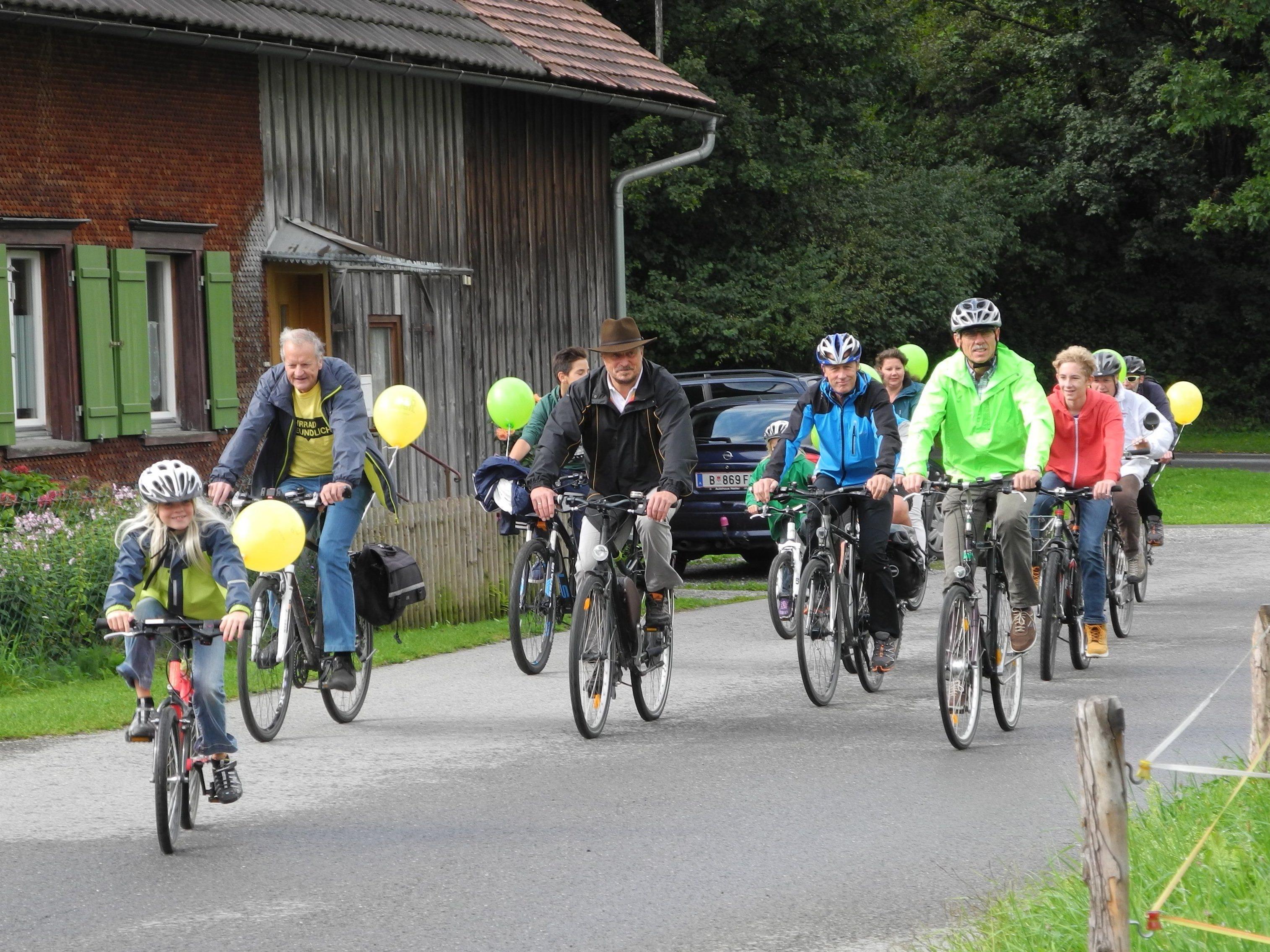 Sportlich fit zeigten sich die Leiblachtaler bei der diesjährigen Fahrrad-Parade mit Preisverlosung des Fahrradwettbewerbs 2015.