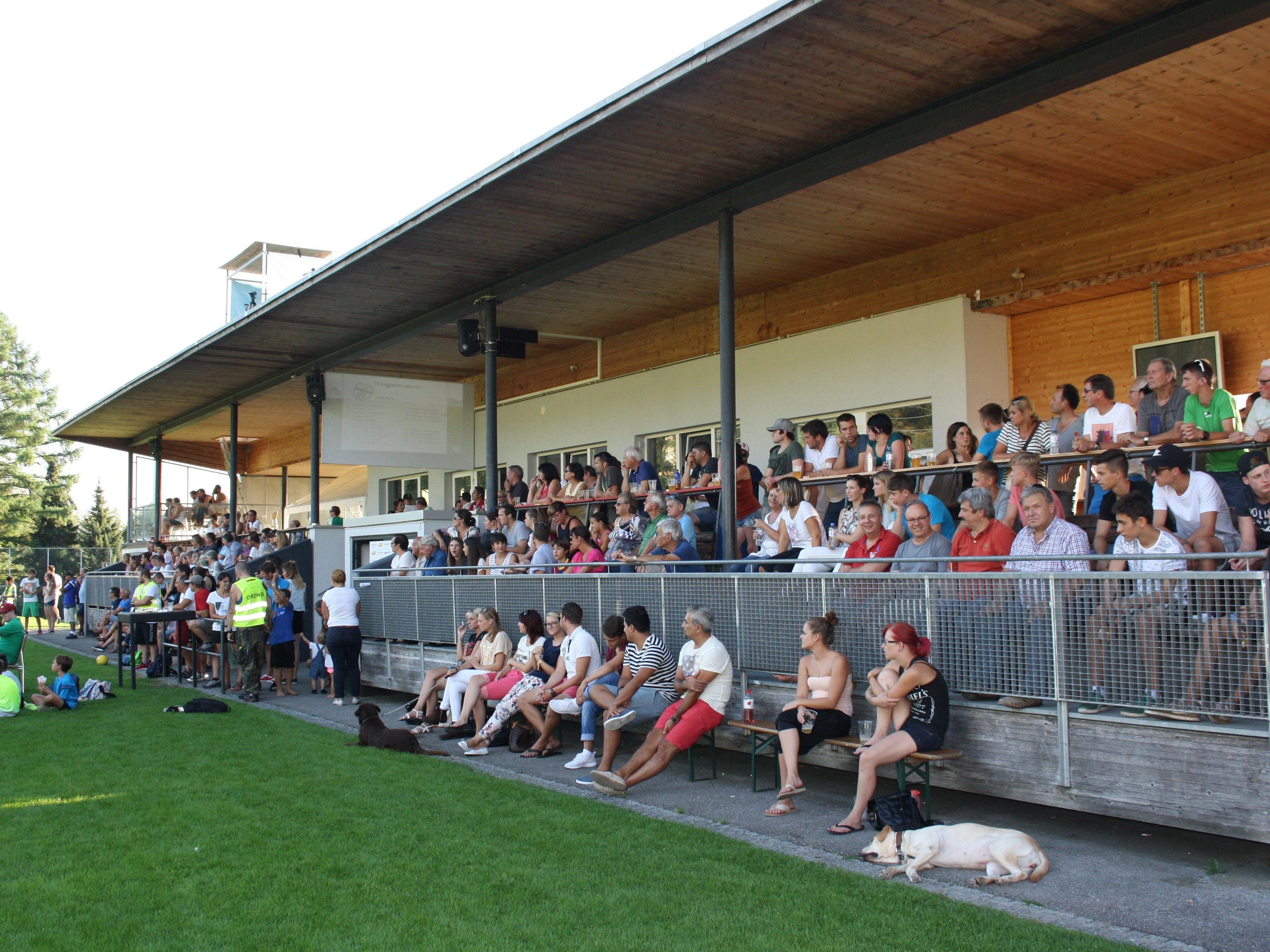 Die Haupttribüne am Hoferfeld wird zum willkommenen Treffpunkt der Lochauer Fußballfans.