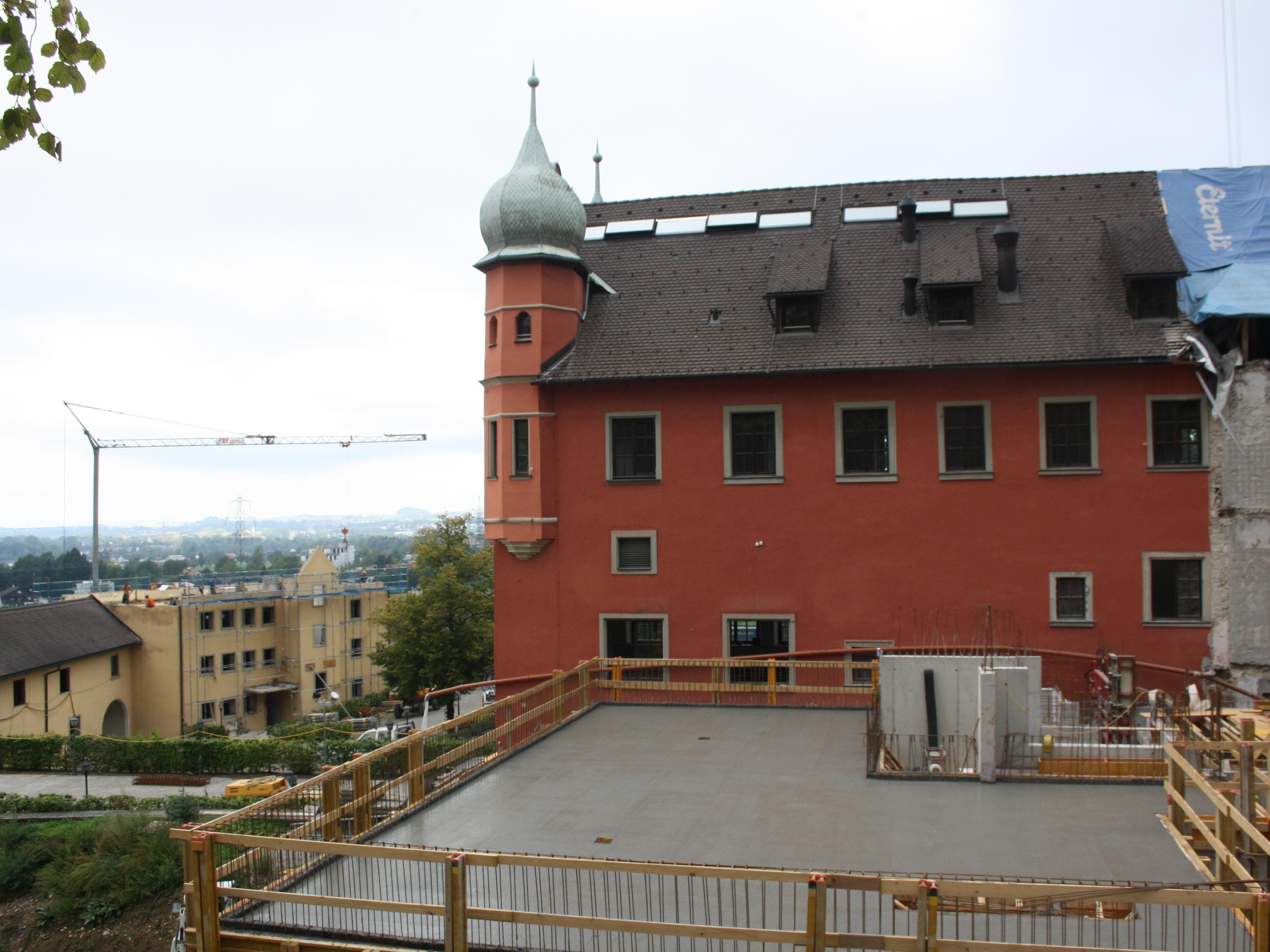 """Die beiden rückwärtigen Schloss-Anbauten wurden abgerissen. Hier entstehen nun zwei freistehende Erschließungstürme. Dazu kommt ein unterirdischer Neubau. Links vorne das massiv """"ausgehöhlte"""" Pförtnerhaus."""