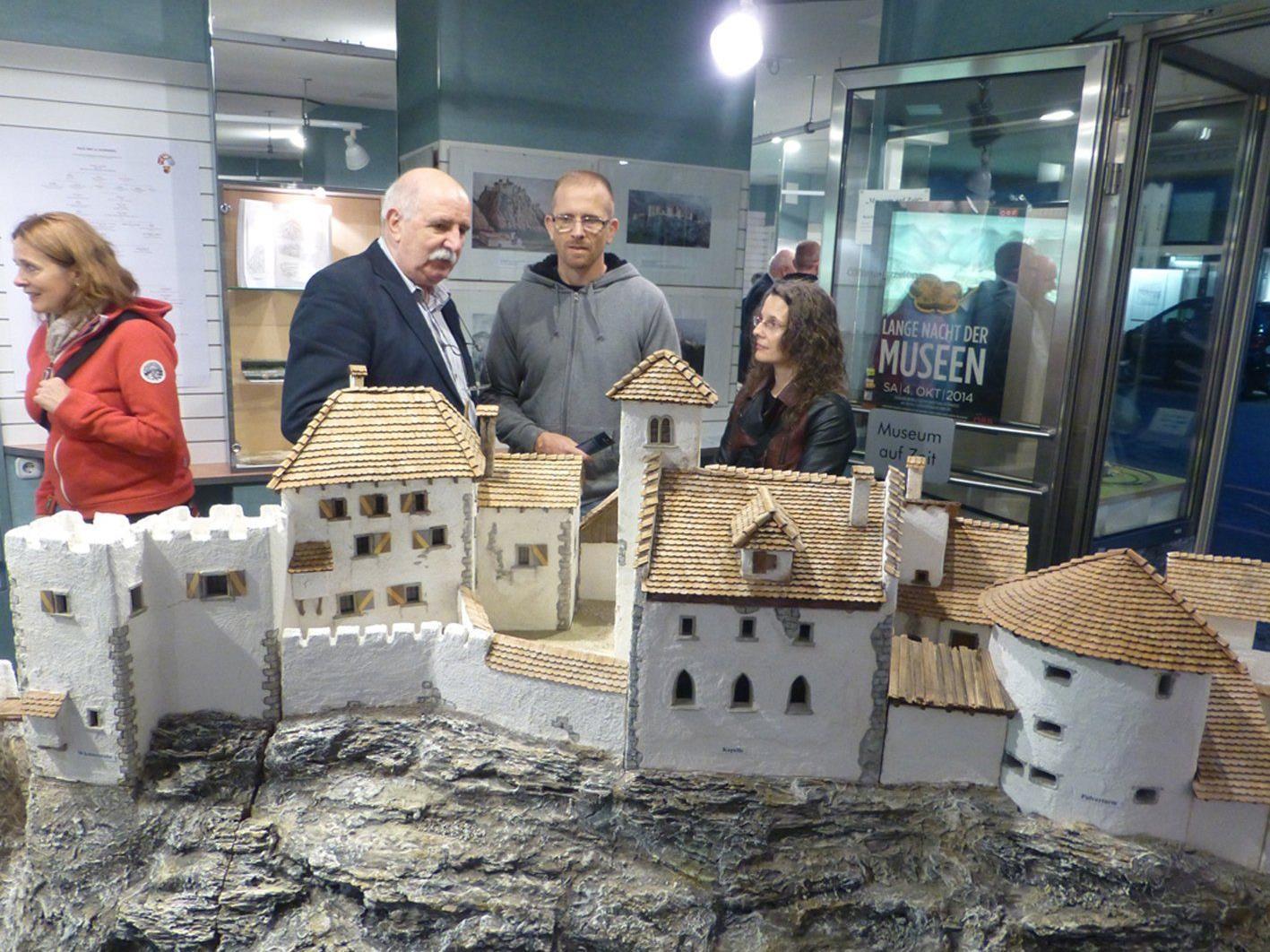 """Modell der Burganlage von Alt-Ems im """"Museum auf Zeit"""" des Hohenemser Kulturkreises."""