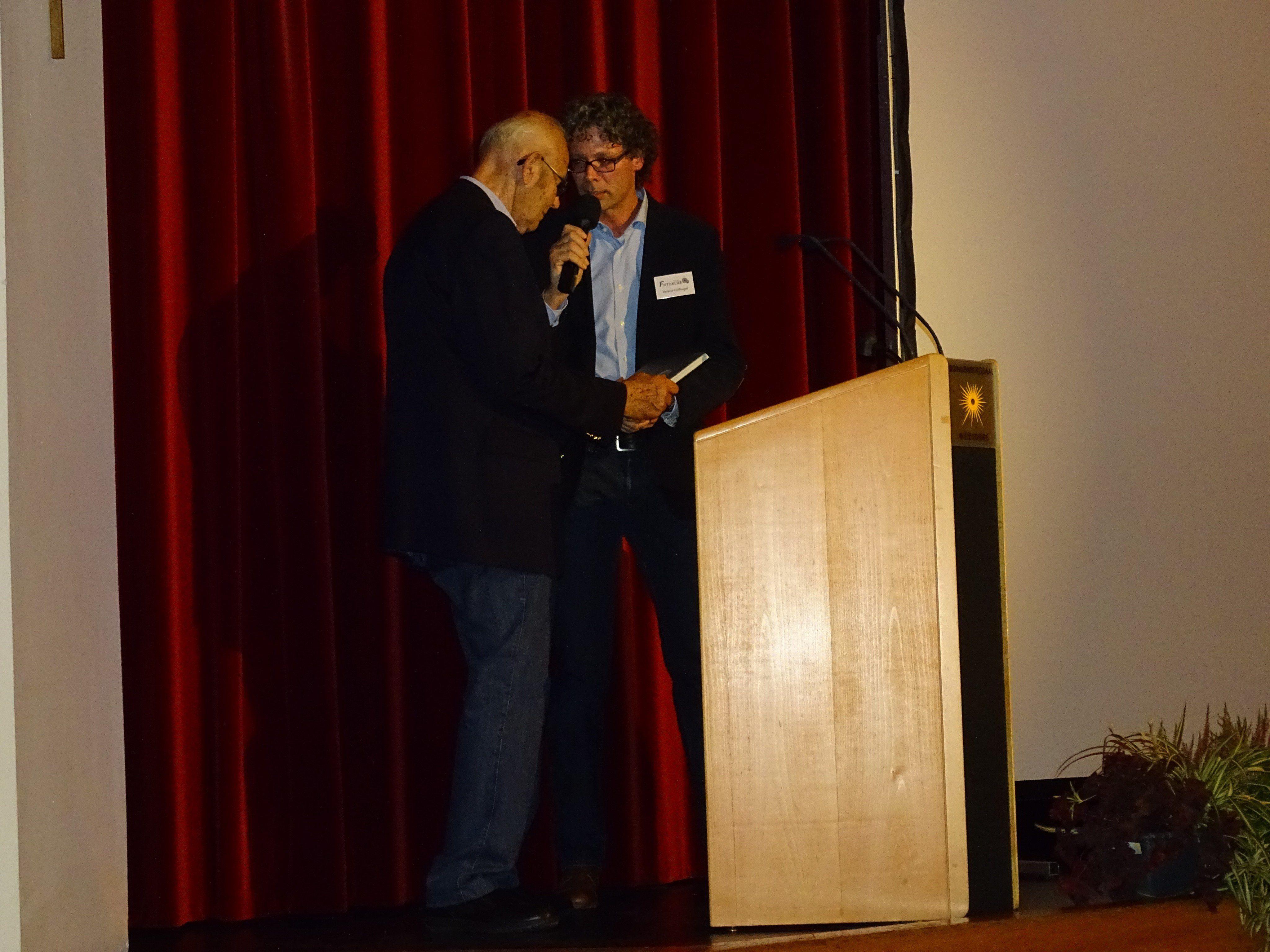 """Fotoklub-Obmann Roland Huffnagel überreichte an diesem Abend das erste Exemplar des Fotobands """"Nüziger Einblicke"""" an Ehrenmitglied Othmar Huber."""