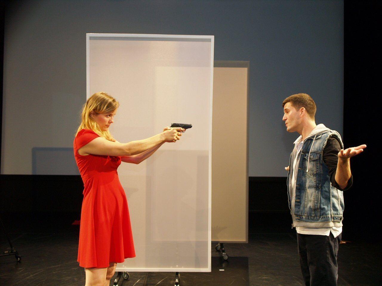 """Schauspielern Olivia Stutz und Flavio dal Molin im Stück """"Dating Mr. Bad Guy""""."""