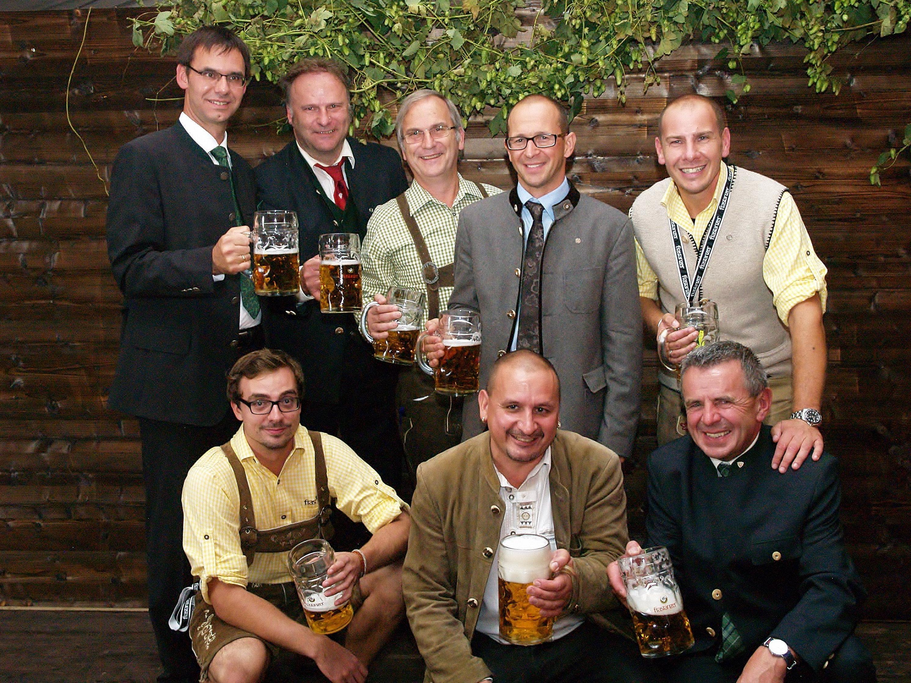 Landeshauptmann Markus Wallner und die Gastgeber der Brauerei Frastanz erfreuten sich am frisch gezapften Bockbier.