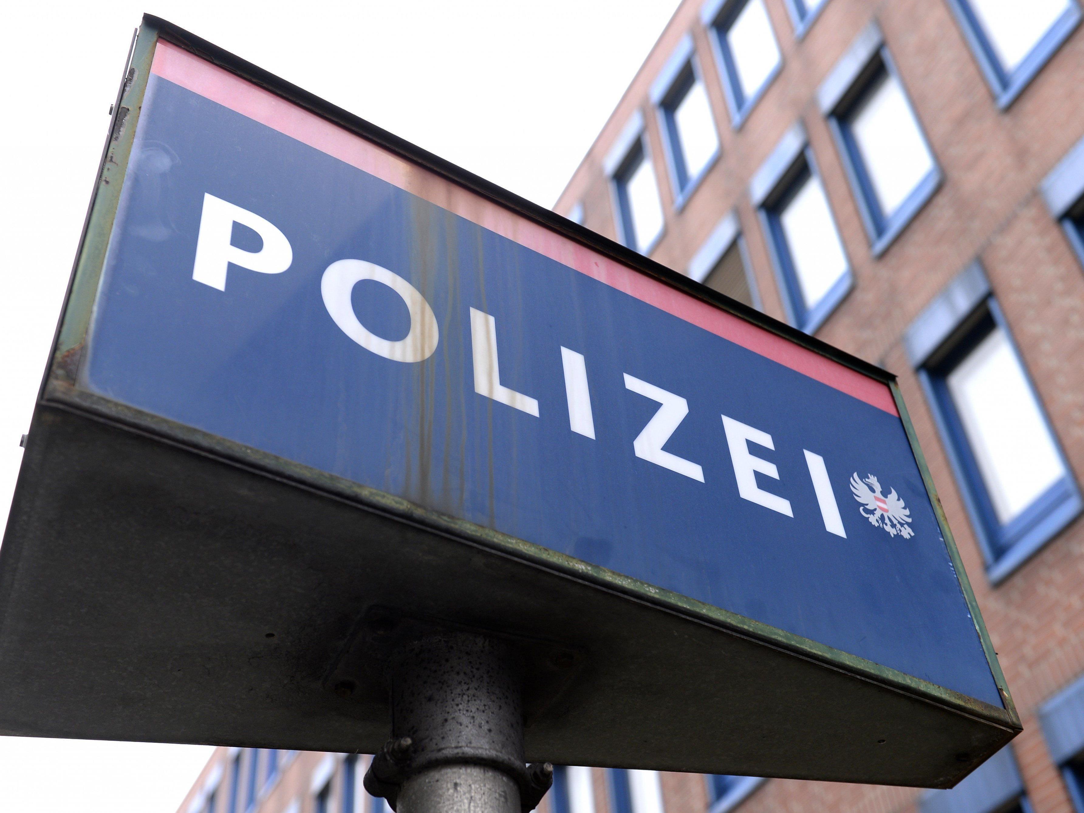 Nach Fahrerflucht: Polizei Dornbirn bittet um Hinweise von Zeugen.