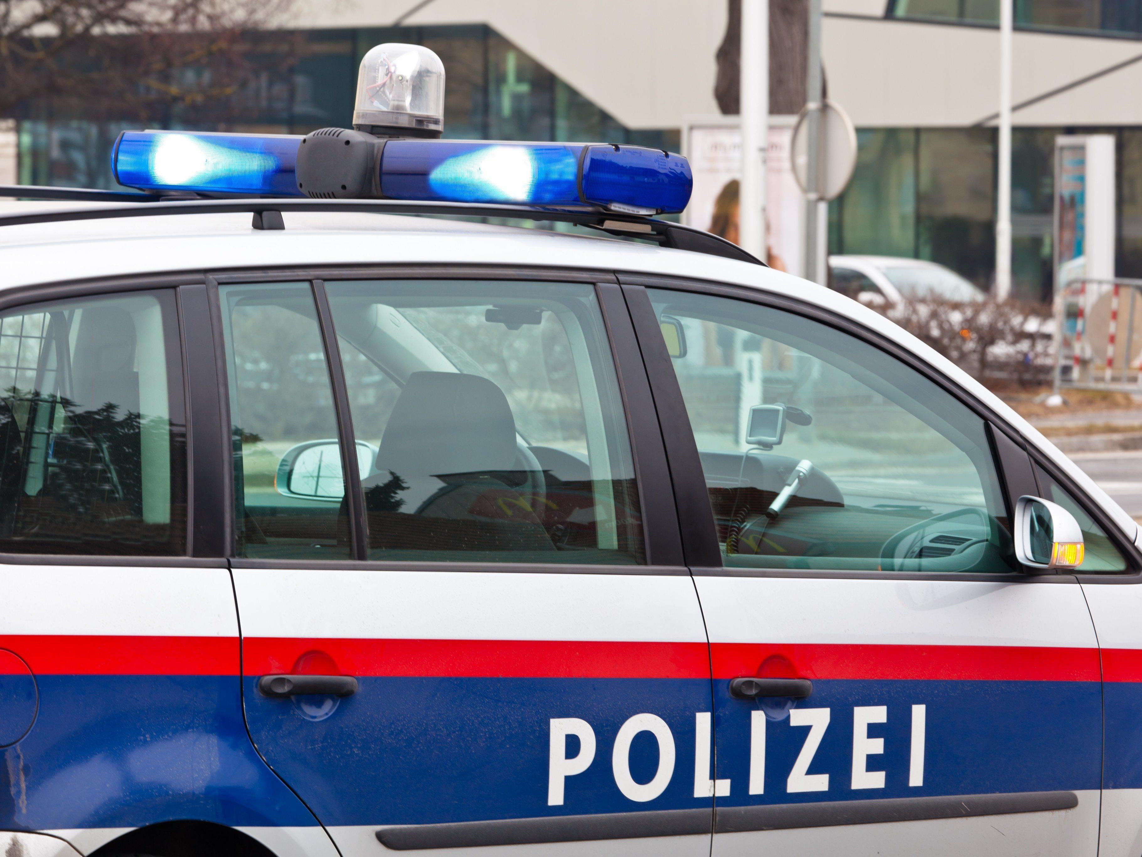 Die Polizei sucht nach dem Lenker eines grünen Peugeot.