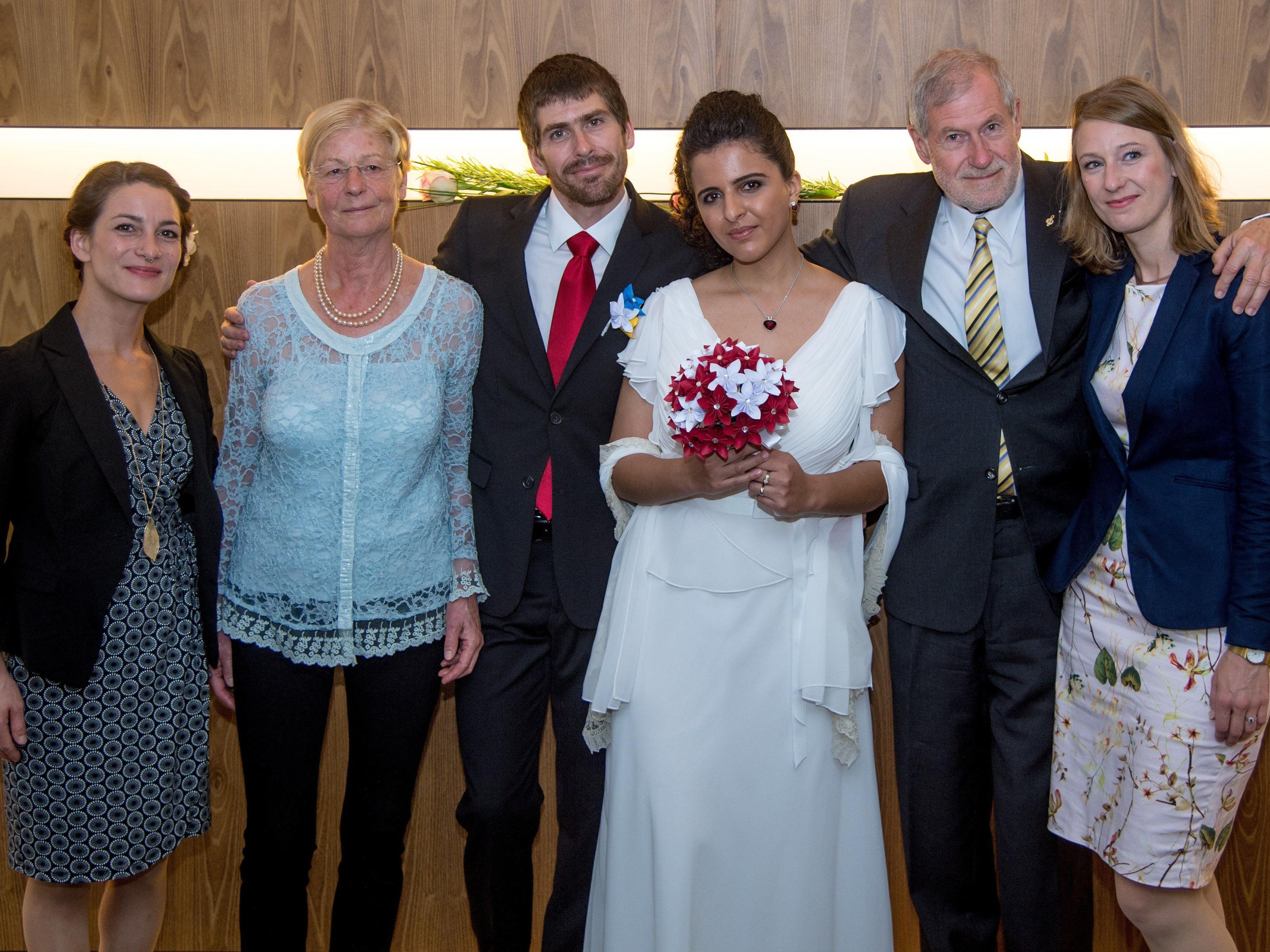 Das glückliche Paar mit den Trauzeugen und Hochzeitsgästen.