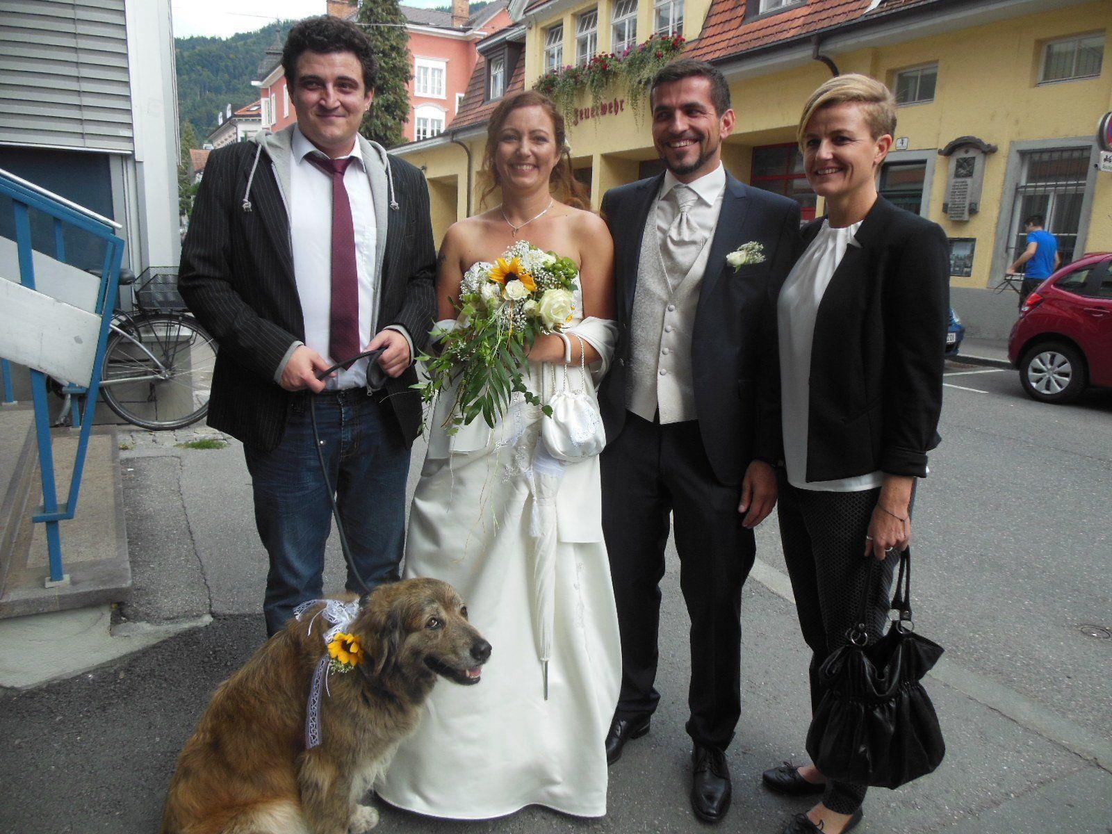 Das glückliche Paar mit den Trauzeugen und Hund Luna.