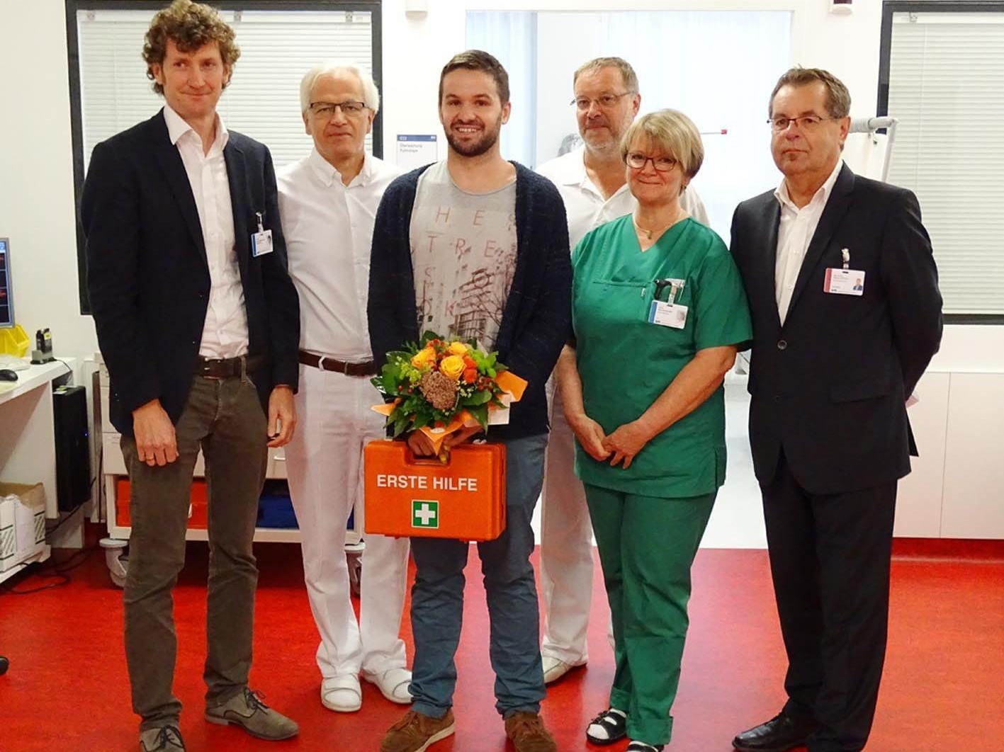 Der erfolgreich in der Emser Tageschirurgie operierte Eishockeycrack Michael Kutzer  mit Gratulanten.