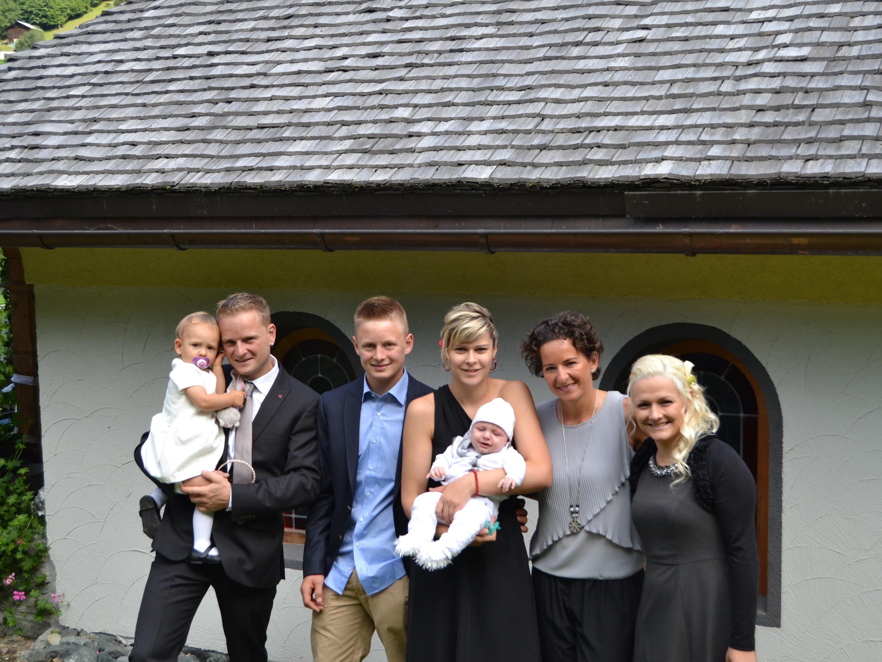 Taufe von Linus Marent mit den Eltern und den Taufpaten.