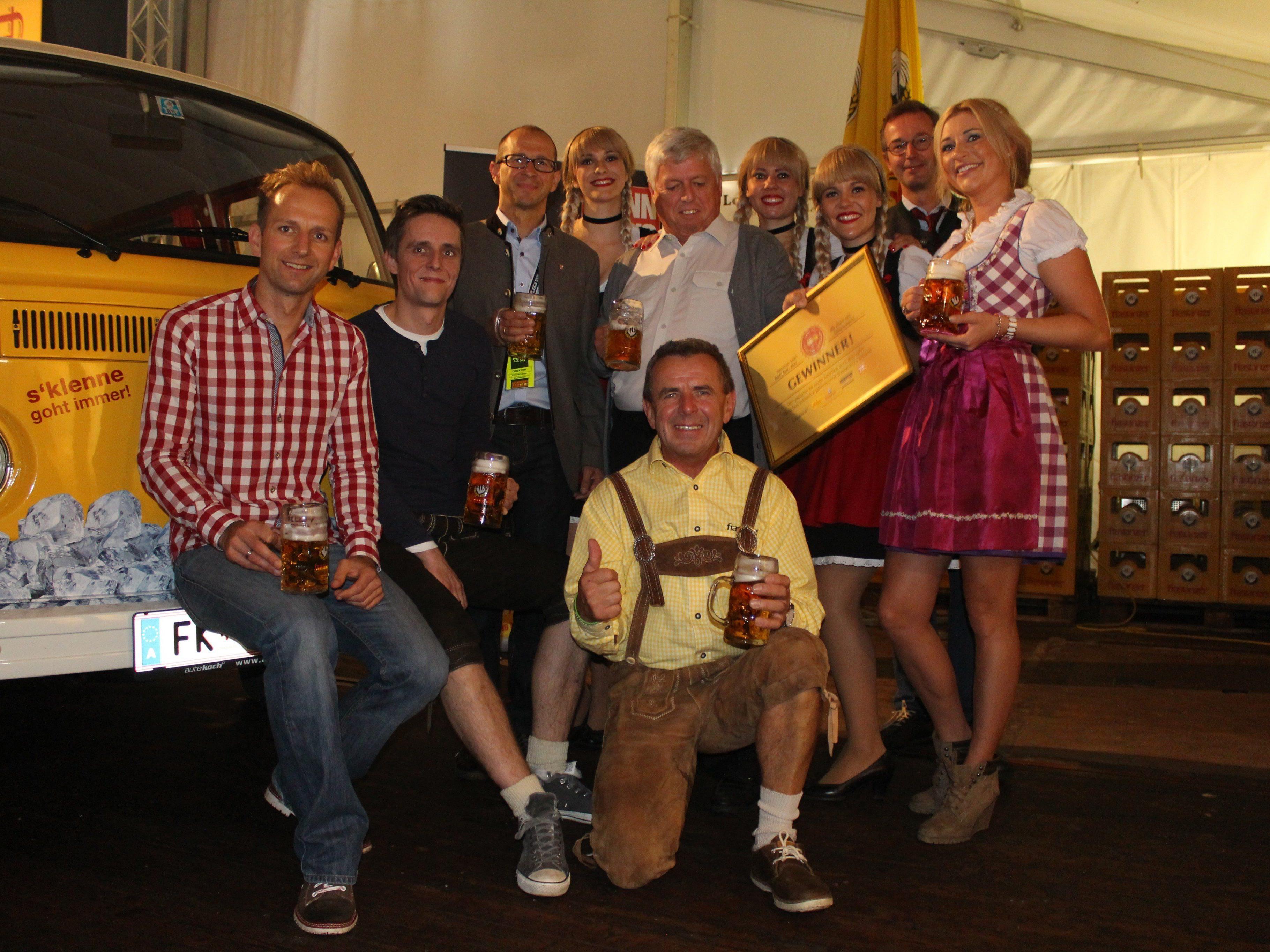 Der glückliche Gewinner des Frastanzer Busses, Walter Gabriel, bei der feierlichen Übergabe.
