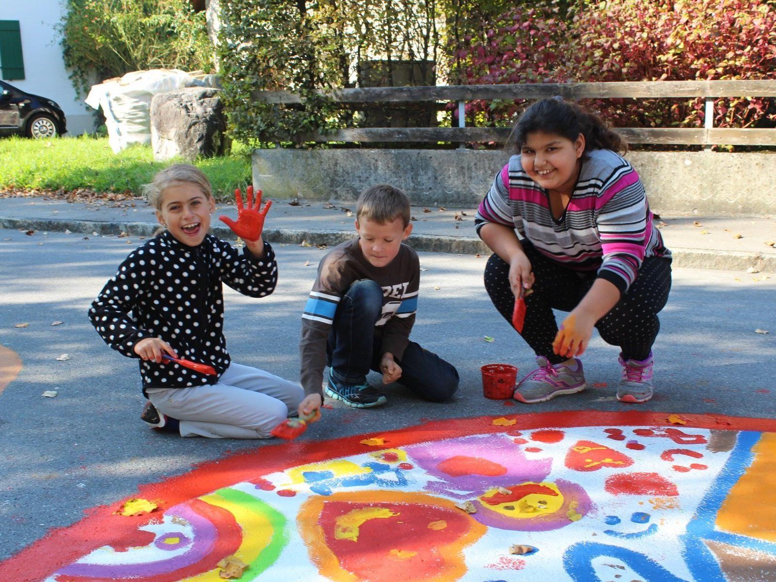 Auch Lea, Benedikt und Ivana zauberten Kunstwerke auf den Asphalt.