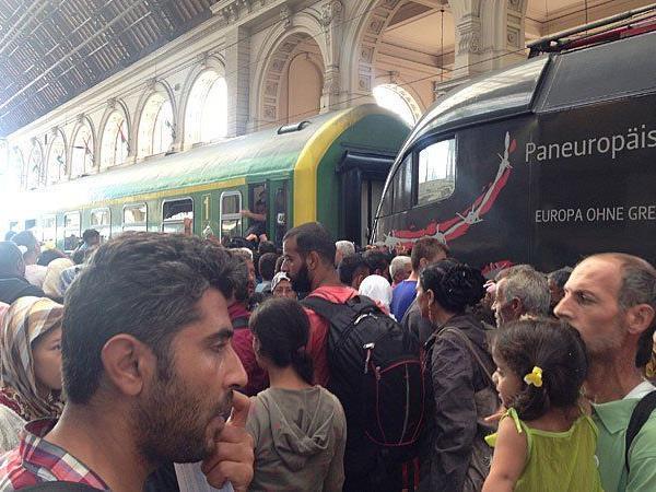 Flüchtlinge versuchen, am Donnerstag in einen Zug am Bahnhof Keleti (Ostbahnhof) in Budapest einzusteigen