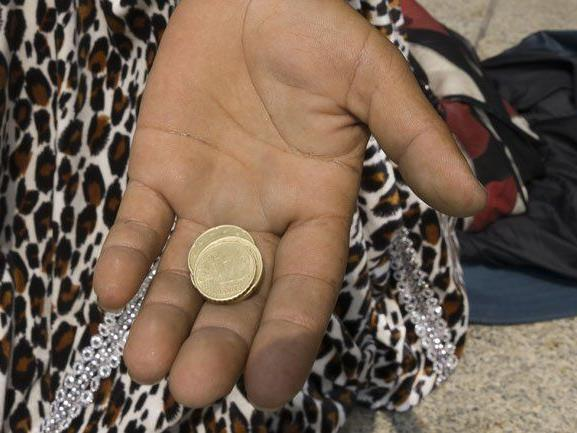 Zwei rumänische Bettler stahlen einer Frau in Lauterach Goldschmuck.
