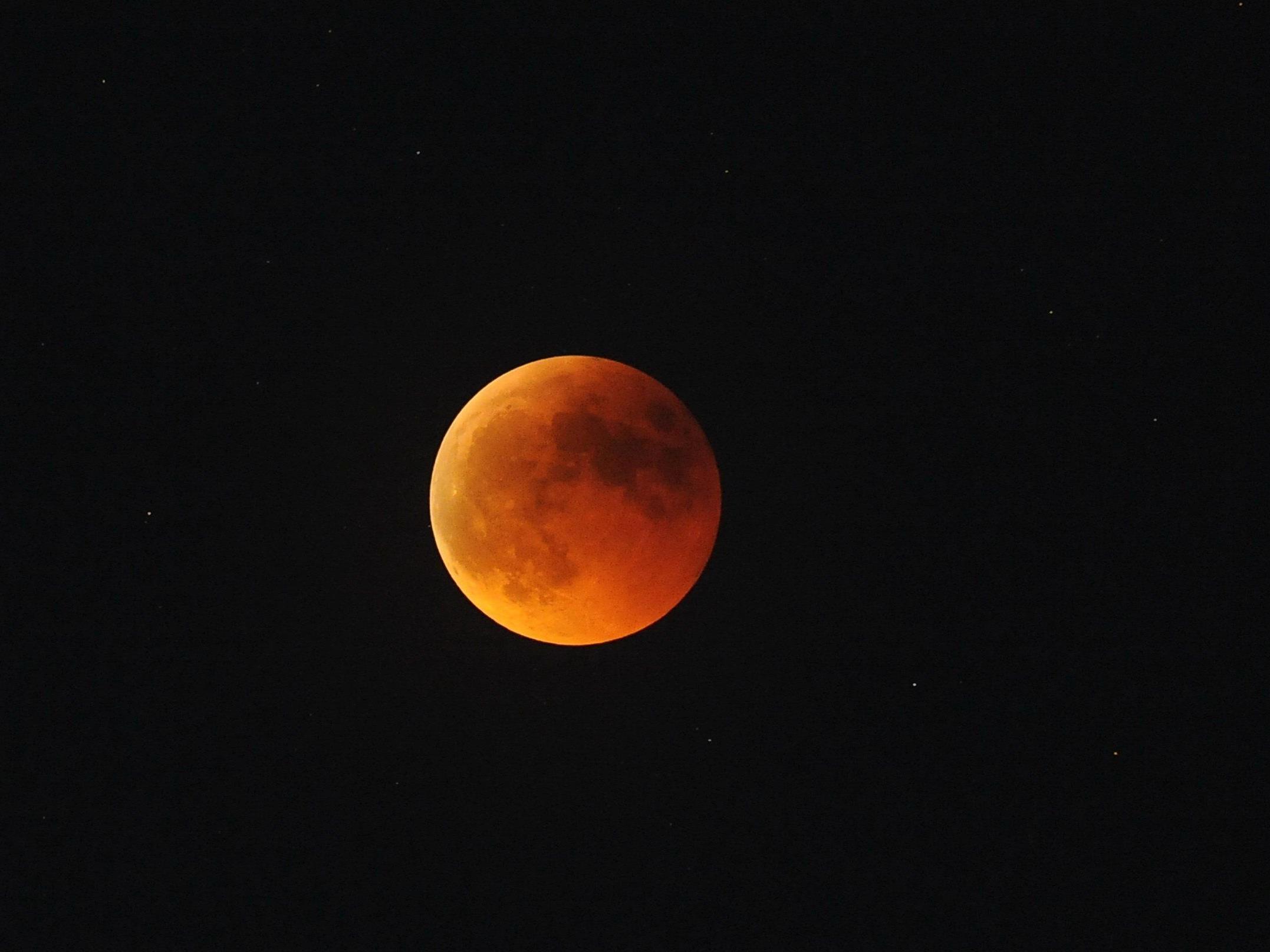 In der Nacht auf den 28. September schmückt ein blutroter Mond den Himmel.