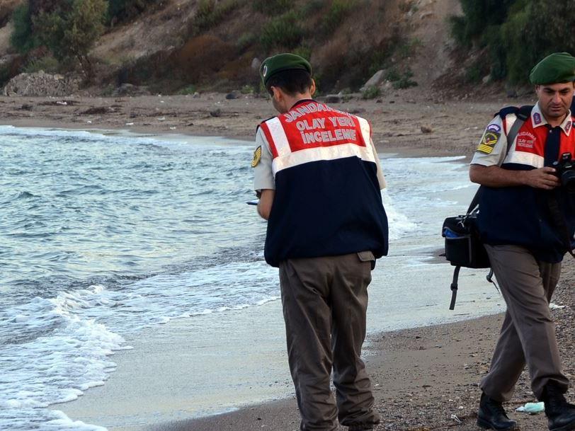 Diese türkischen Polizisten fanden den kleinen Aylan in Bodrum.