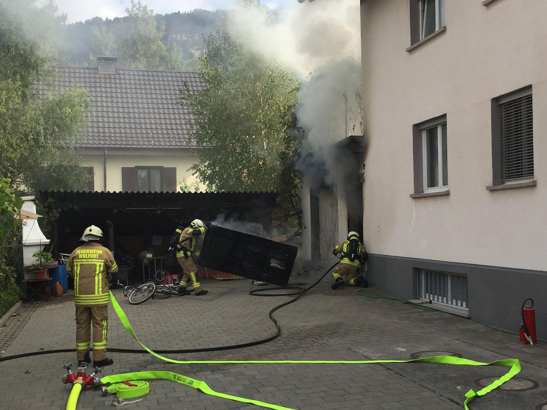 Das Feuer drohte auf das Wohnhaus überzugreifen.