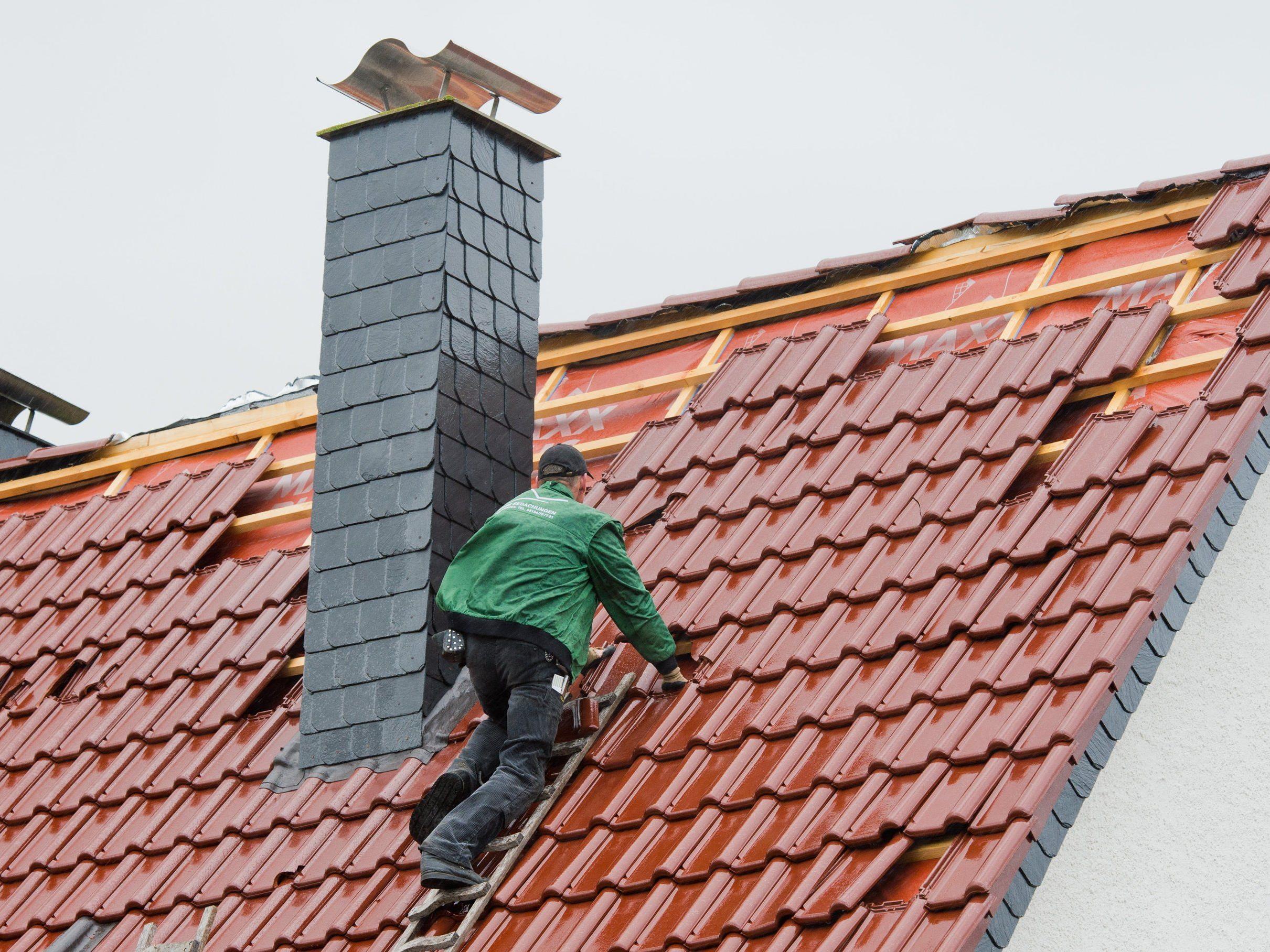 David Perez sah seinen älteren Nachbarn alleine sein Dach decken und half (Symbolbild).