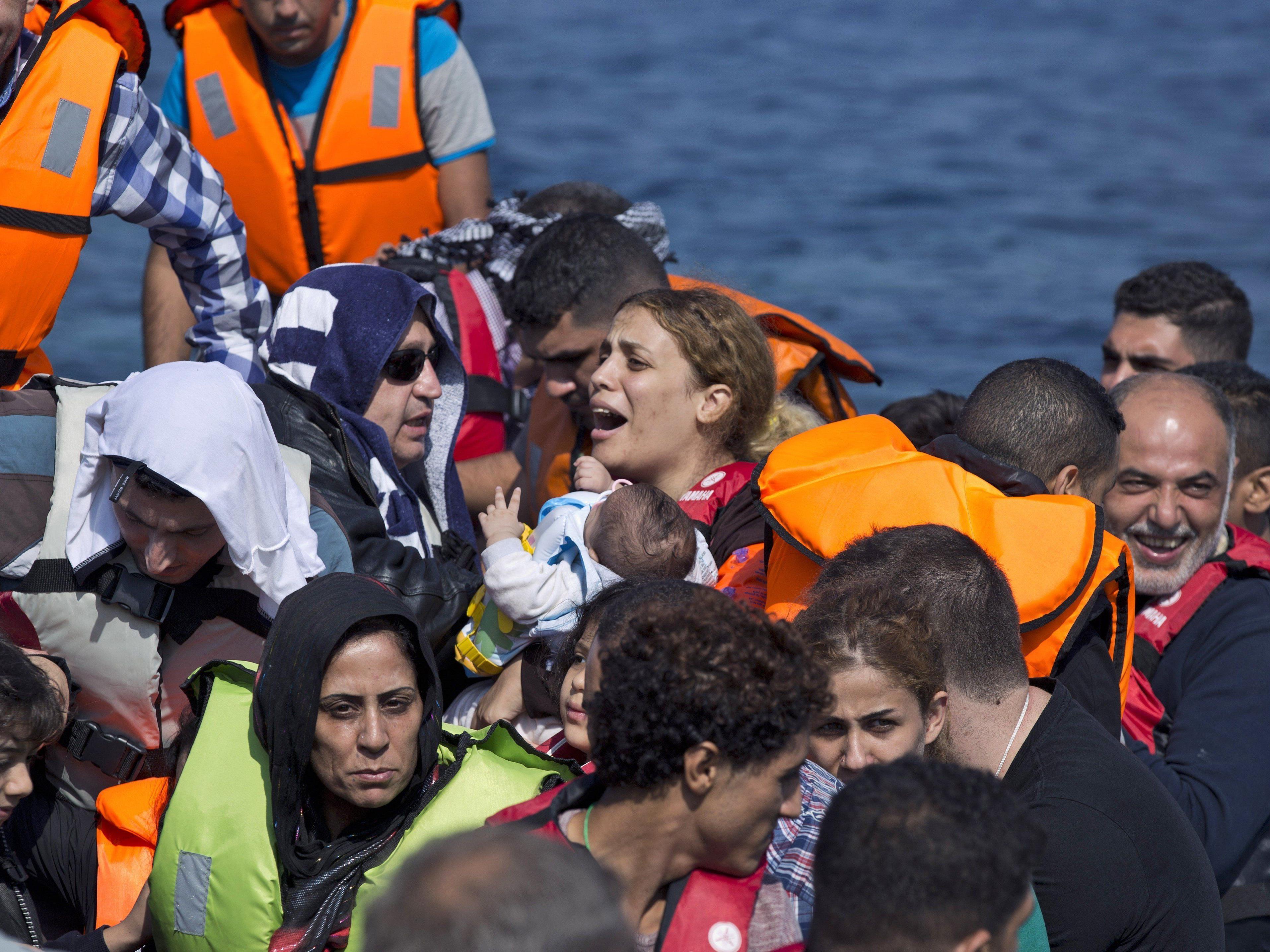 Dutzende Flüchtlinge werden im Mittelmeer vermisst.