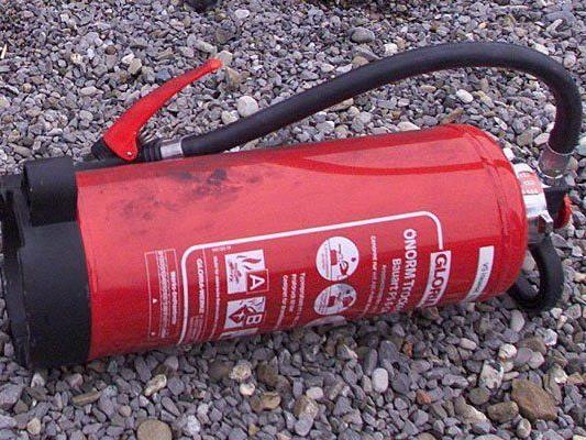 Pkw-Brand in Lochau - Lenker unternahm mit Feuerlöscher selbst Löschversuche.