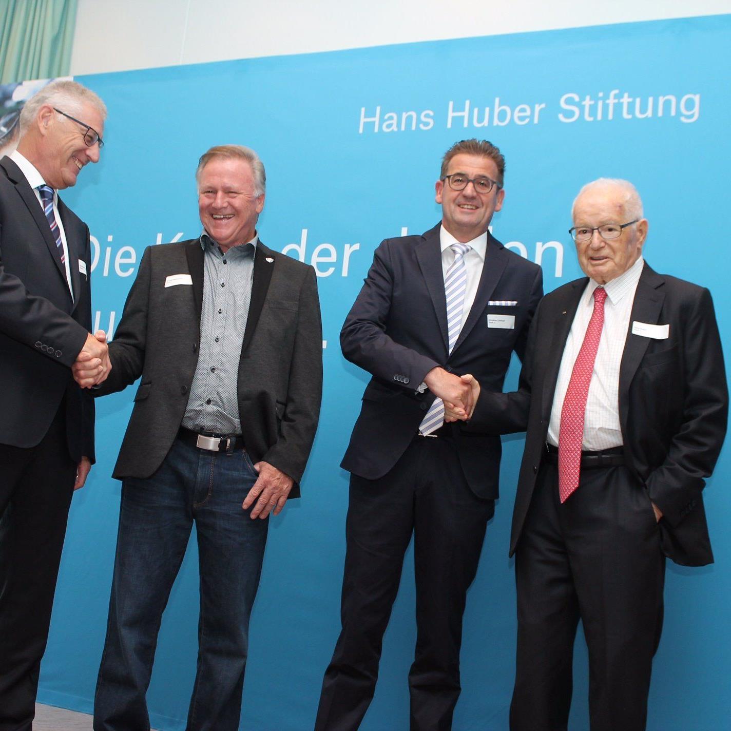 Die diesjährigen Anerkennungspreisträger der Hans Huber Stiftung Arnold Feuerstein und Christian Lienhard umrahmt von Stiftungsratspräsident Christian Fiechter (links) und Ehrenpräsident Hans Huber (rechts).
