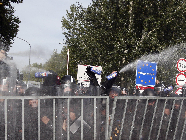 Tränengaseinsatz gegen Flüchtlinge an ungarisch-serbischer Grenze