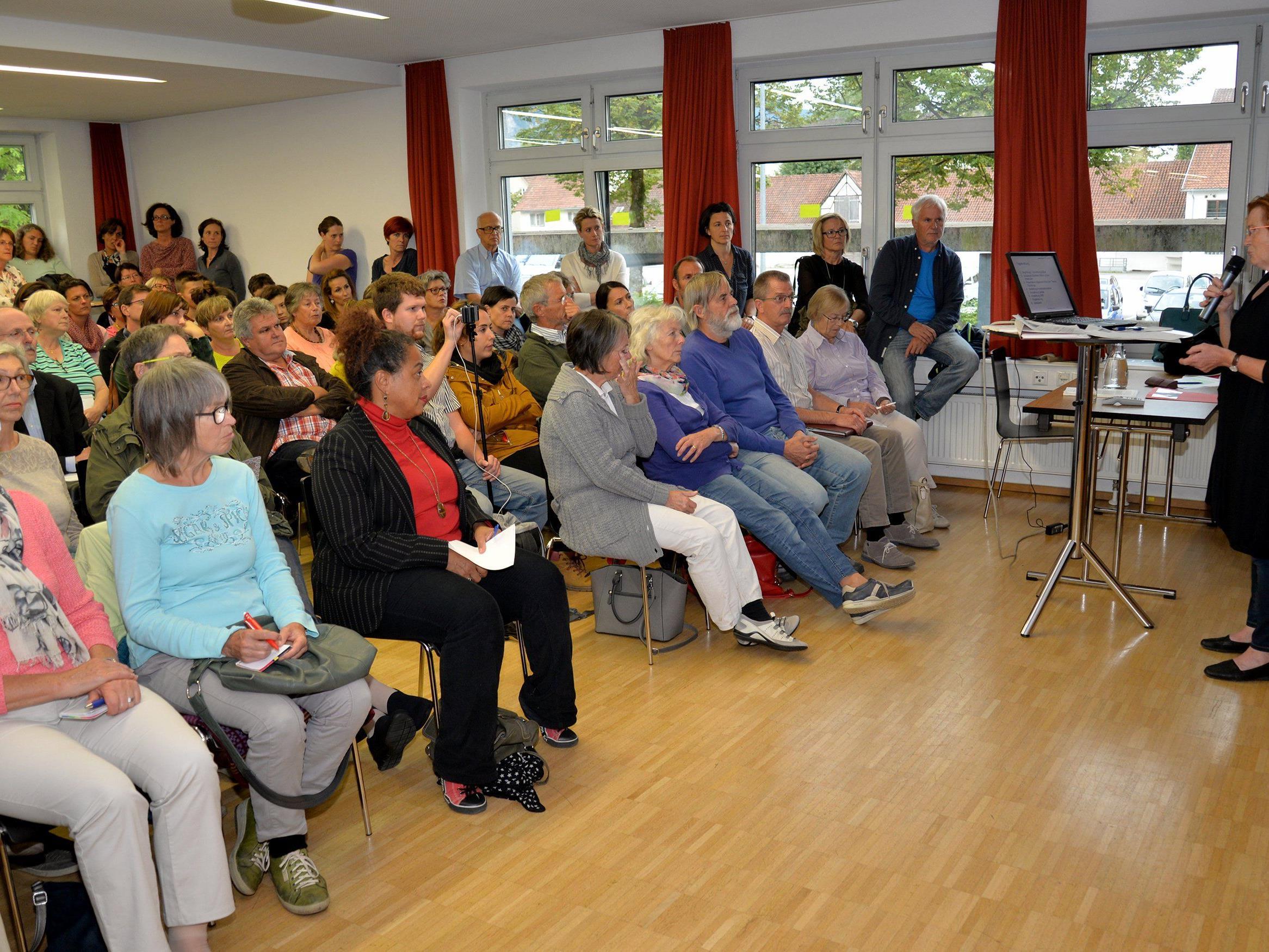 Mehr als 170 Interessierte bei Präsentation der neuen Koordinationsstelle für ehrenamtliche Flüchtlingshelfer in Dornbirn.