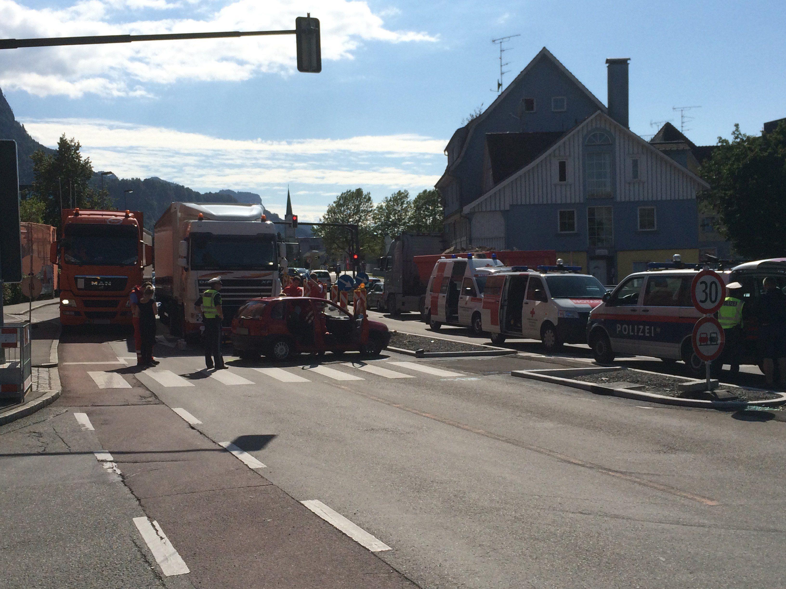 Kollision zwischen Pkw und Lkw im Stadtzentrum von Dornbirn.