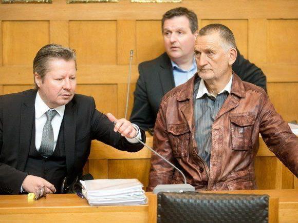Edelbert Meusburger (rechts), im Bild mit Anwalt Nicolas Stieger (links).