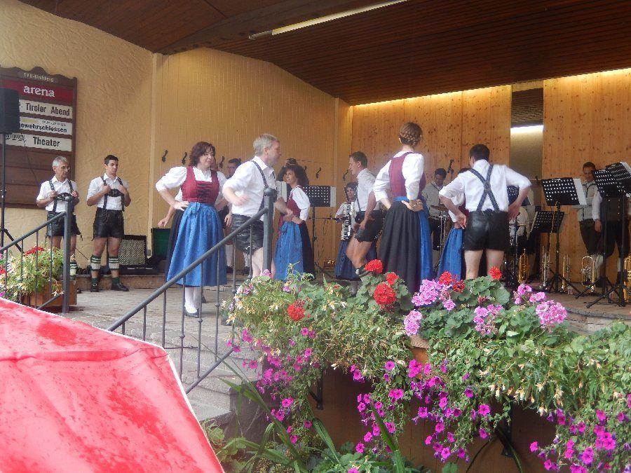 Auftritt auf dem Dorfplatz in Kirchberg
