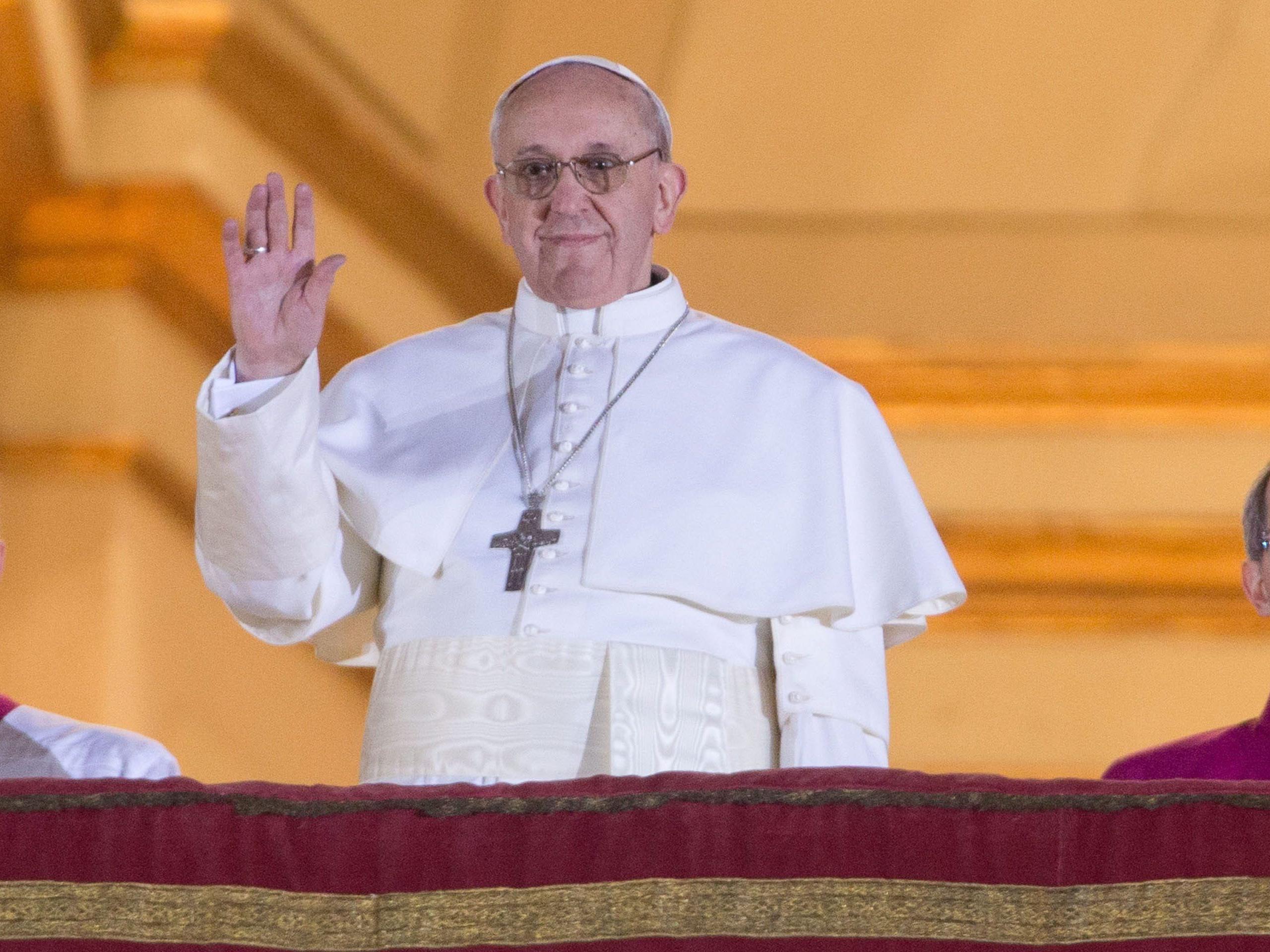 Papst Franziskus lächelte und bedankte sich bei dem Mädchen
