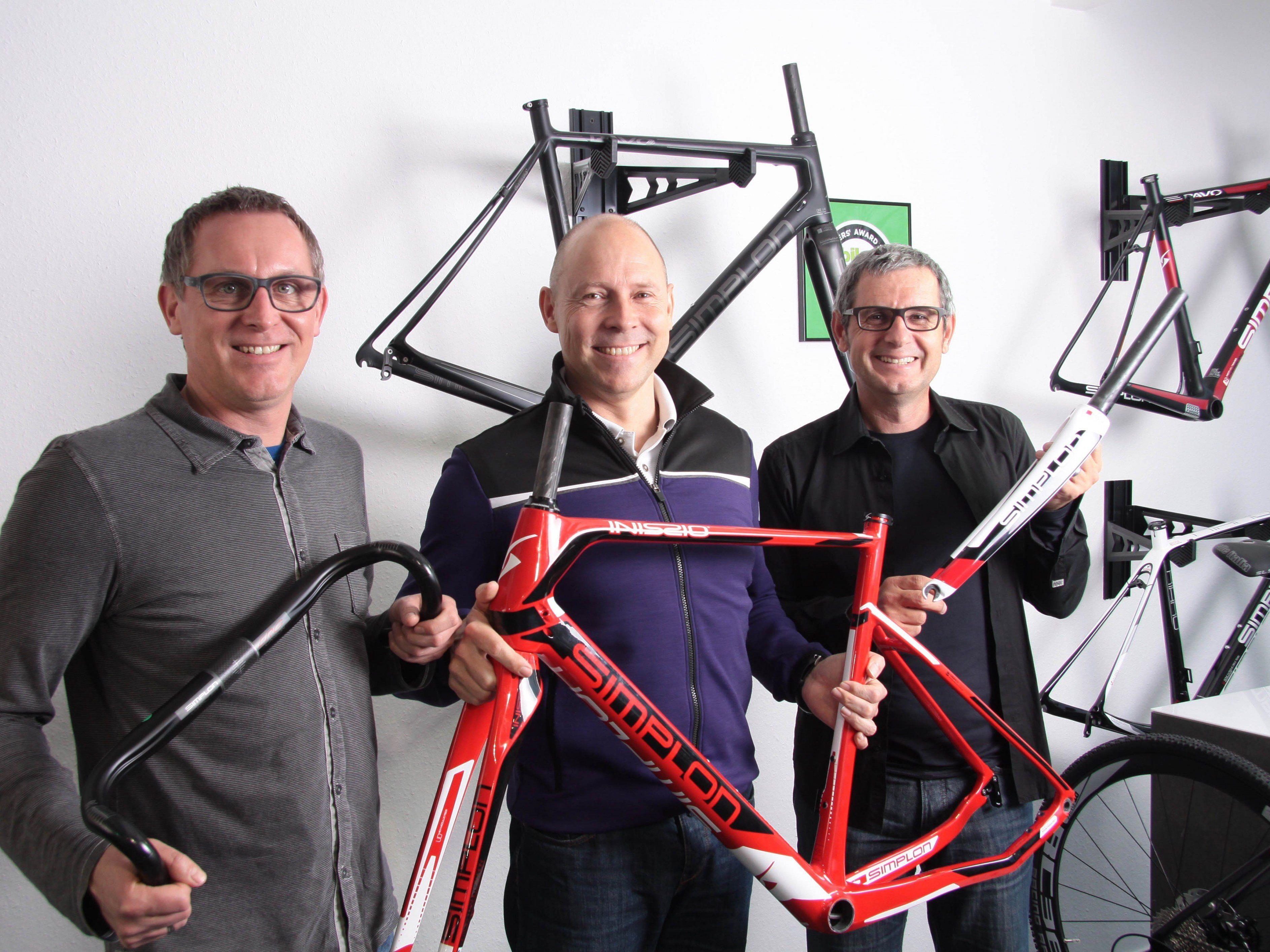 Freuen sich über die erhaltene Auszeichnung: Geschäftsführer Stefan Vollbach (Bildmitte) mit den Simplon-Eigentümern Christian (li.) und Andreas Hämmerle.