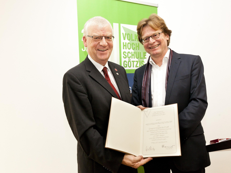 Generalsekretär Dr. Gerhard Bisovsky überreicht Mag. Wolfgang Türtscher die Ehrenmitgliedschaft.