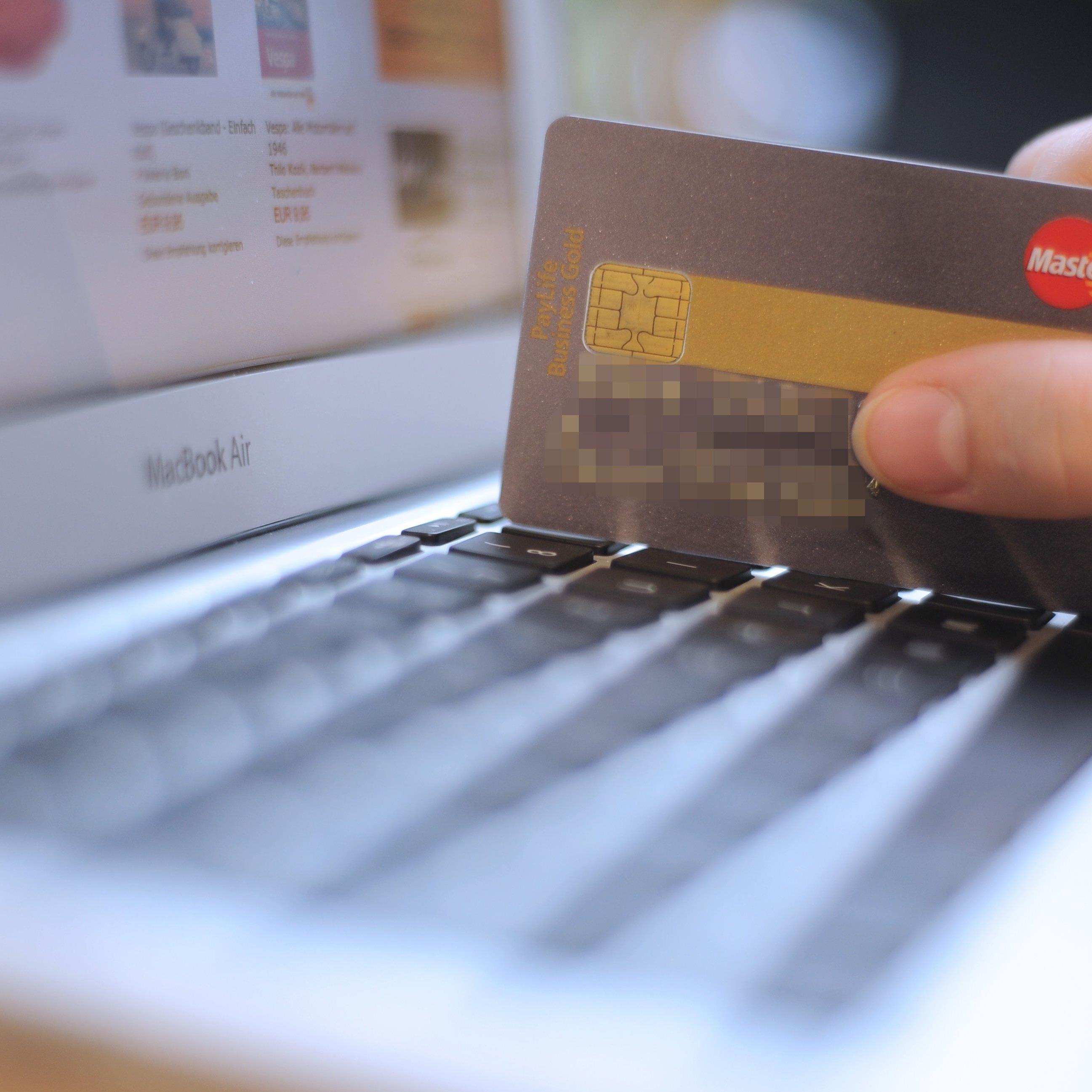 Zuschläge für Zahlungen mit Karte sollen fallen.