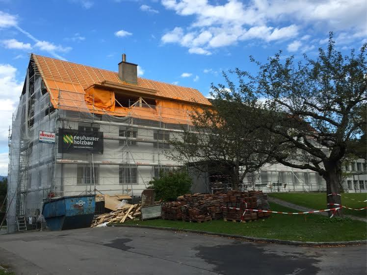 An der Außenfassade des Krankenhauses Maria Ebene (ME 17) sind bereits die letzten Arbeiten zu erkennen.